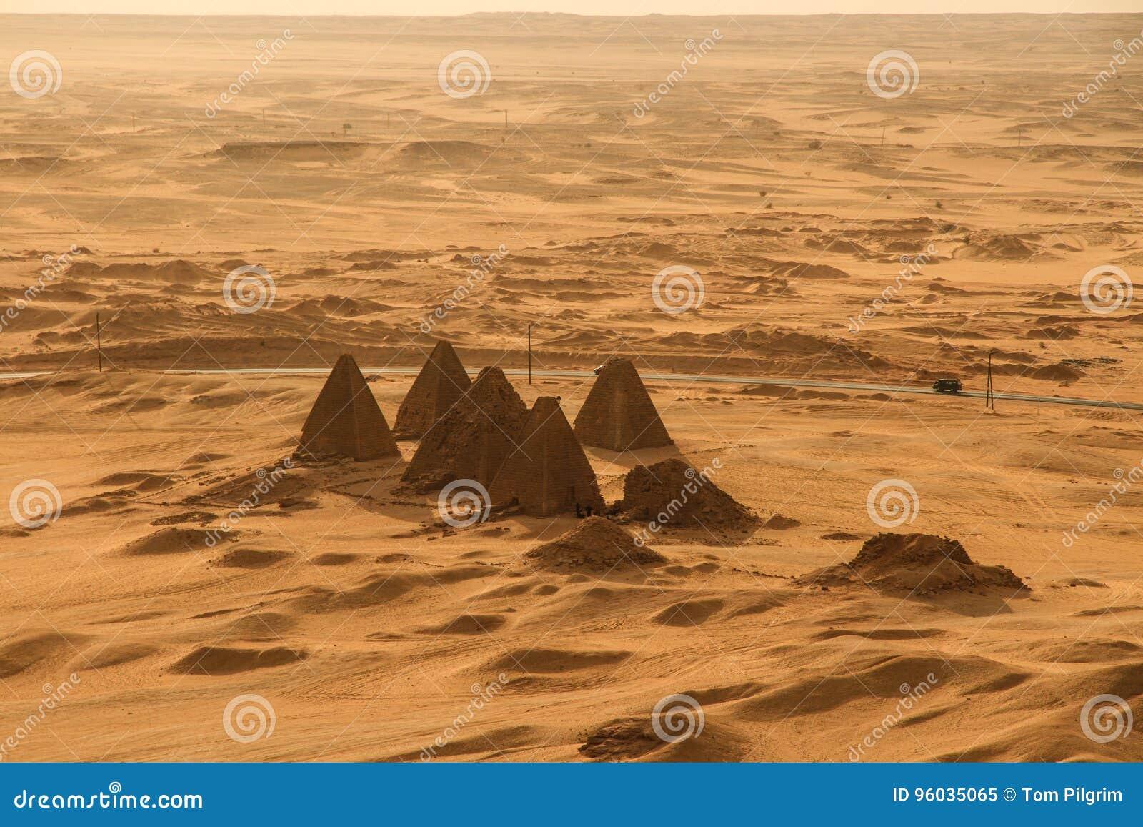 Zmierzch nad ostrosłupami przy Jebel Barkal
