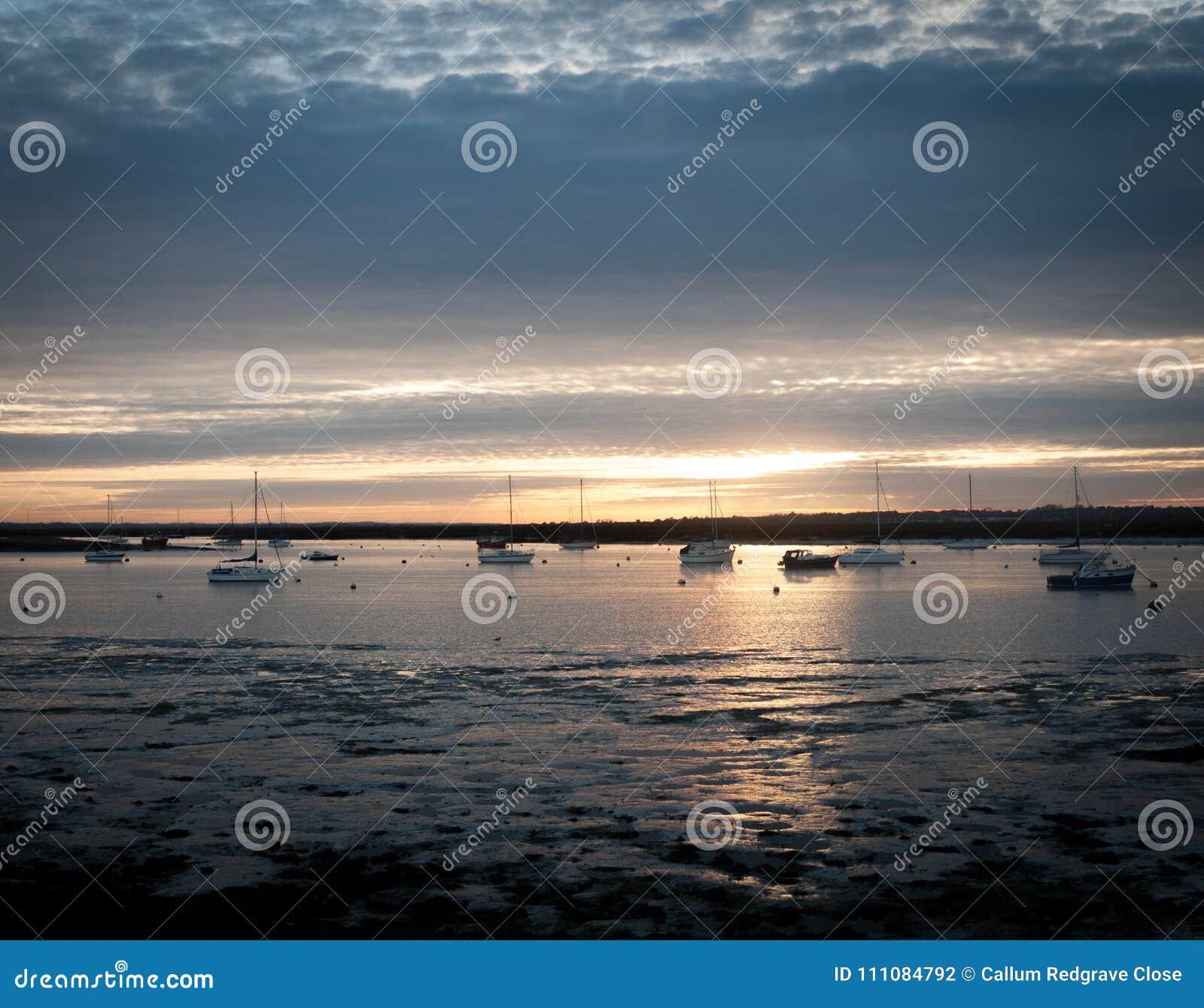 Zmierzch nad rzecznego ujścia mersea Essex nadbrzeża wybrzeża zachodnimi łodziami