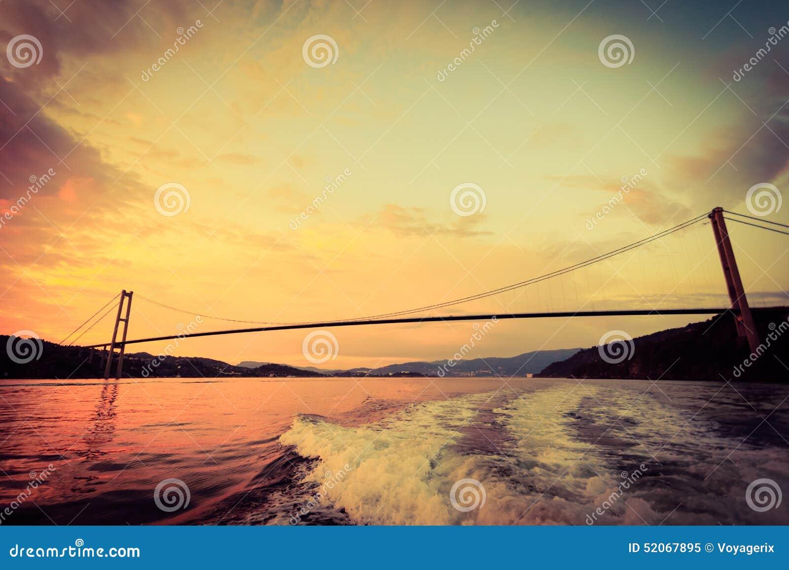 Zmierzch nad zawieszenie mostem w Bergen, Norwegia