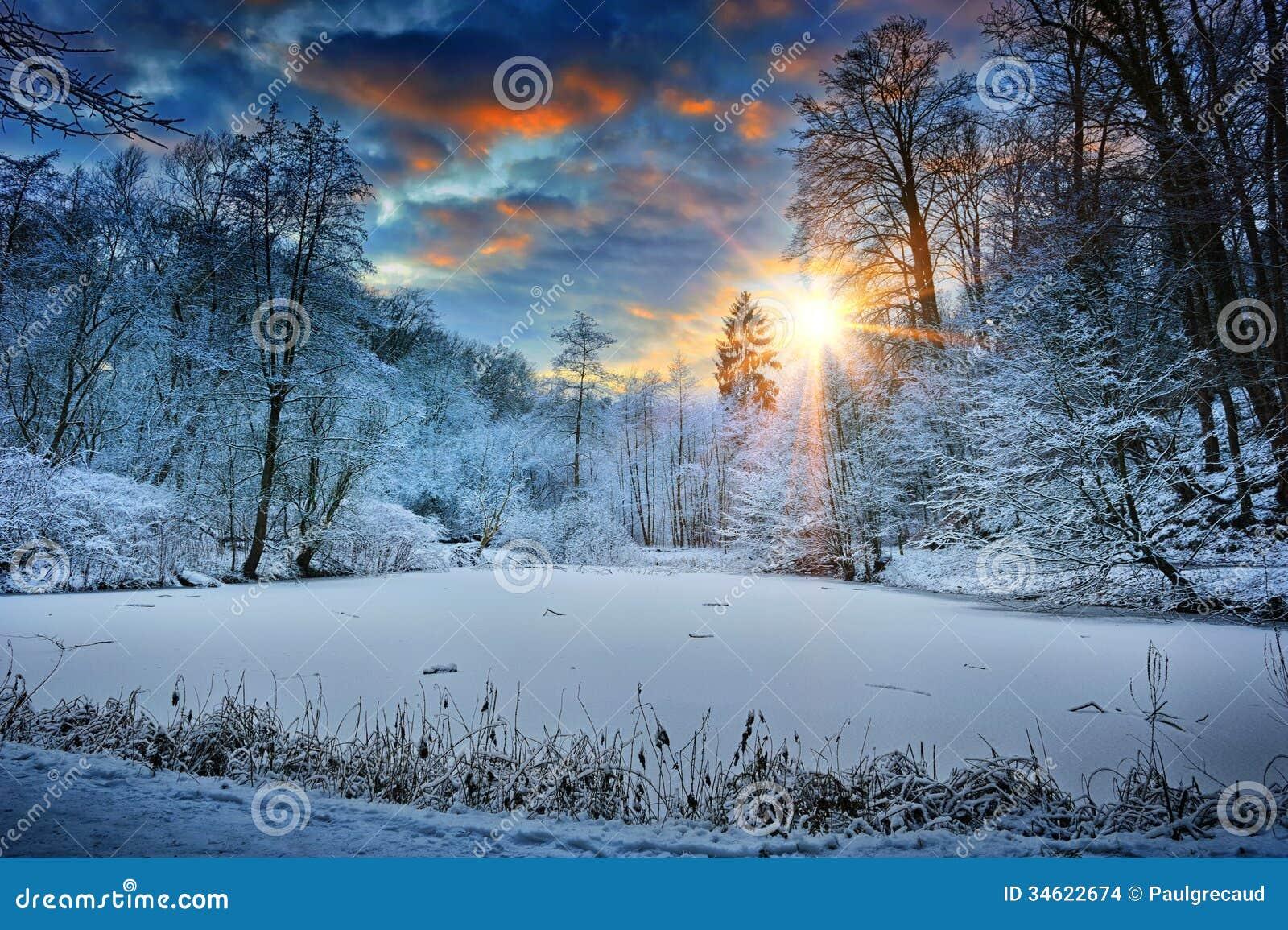 Zmierzch nad zima lasu jeziorem