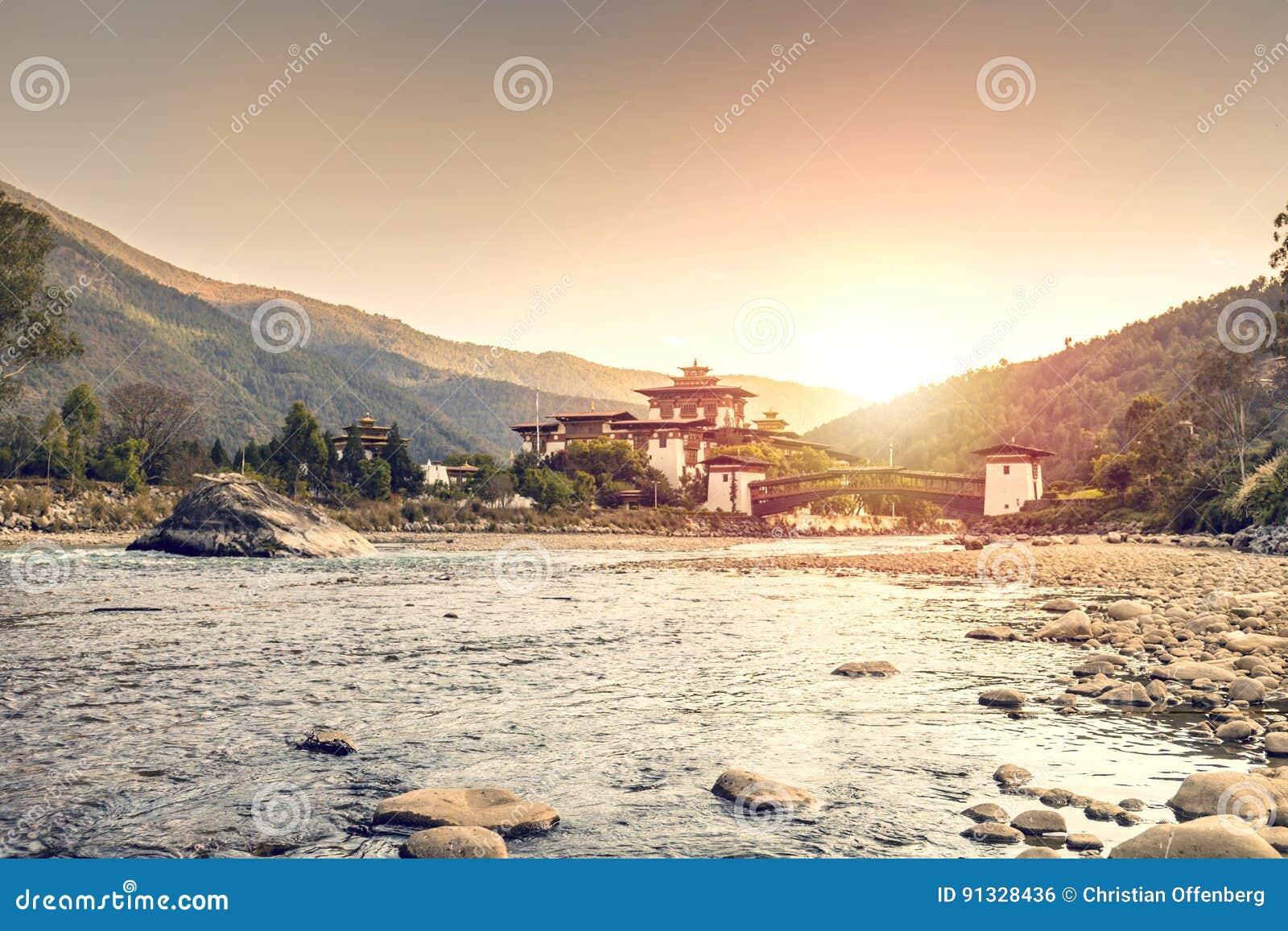 Zmierzch przy Dzong w Punakha Bhutan