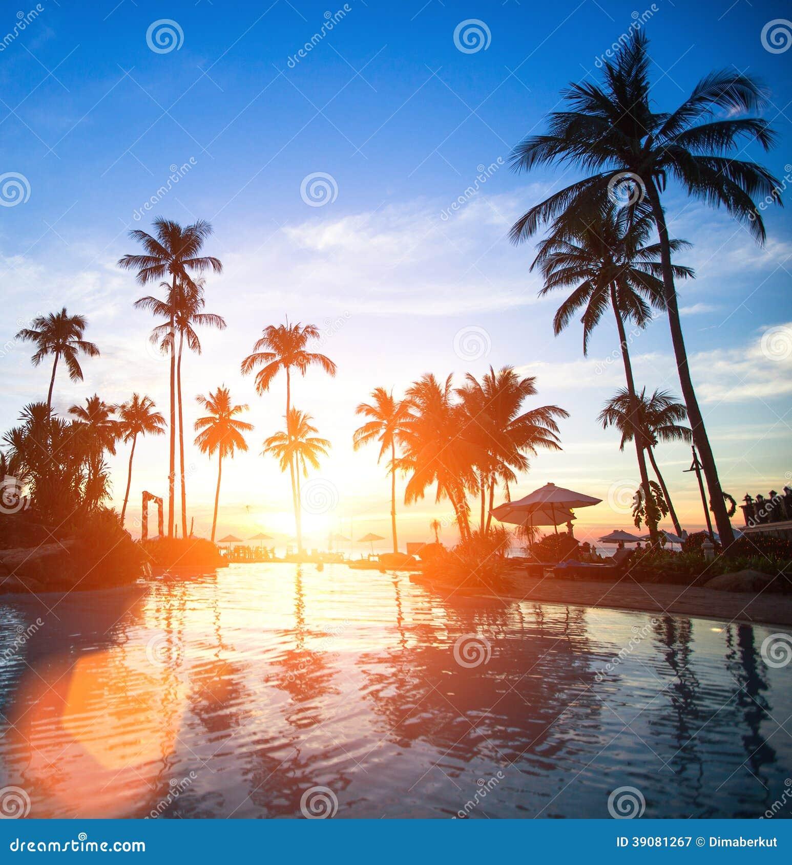 Zmierzch przy plażowym luksusowym kurortem w zwrotnikach Podróż