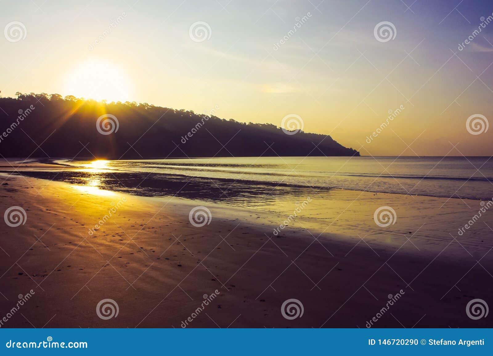 Zmierzch przy Radhanagar plażą