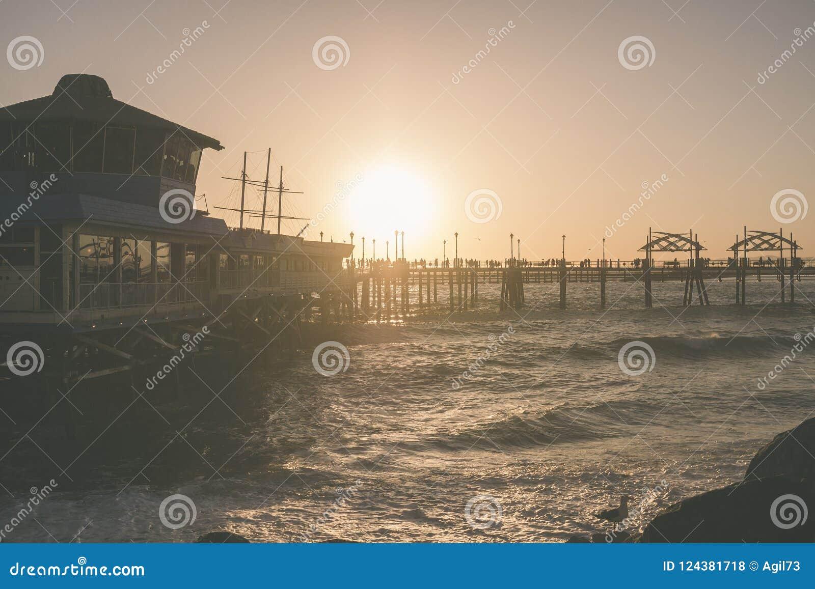 Zmierzch przy Redondo plaży molem z oceanem