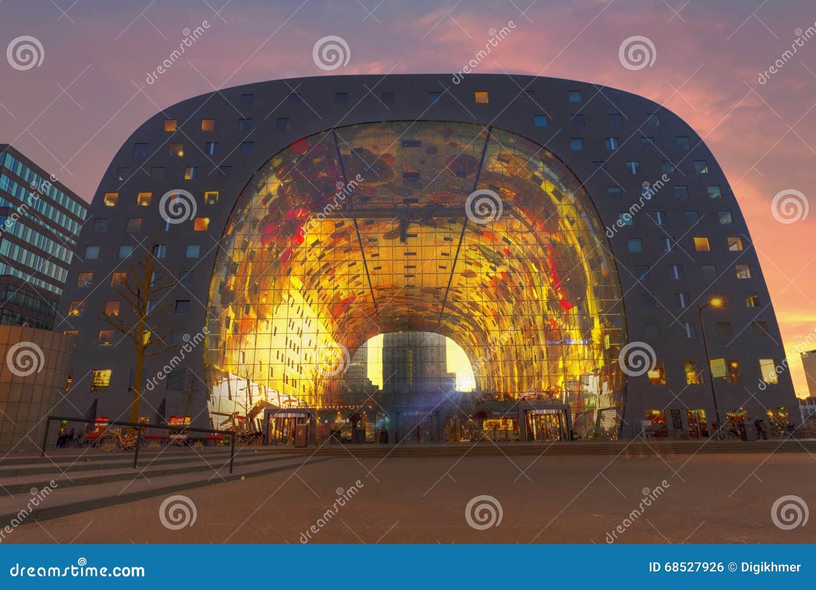 Zmierzch przy Rotterdam rynkiem Hall