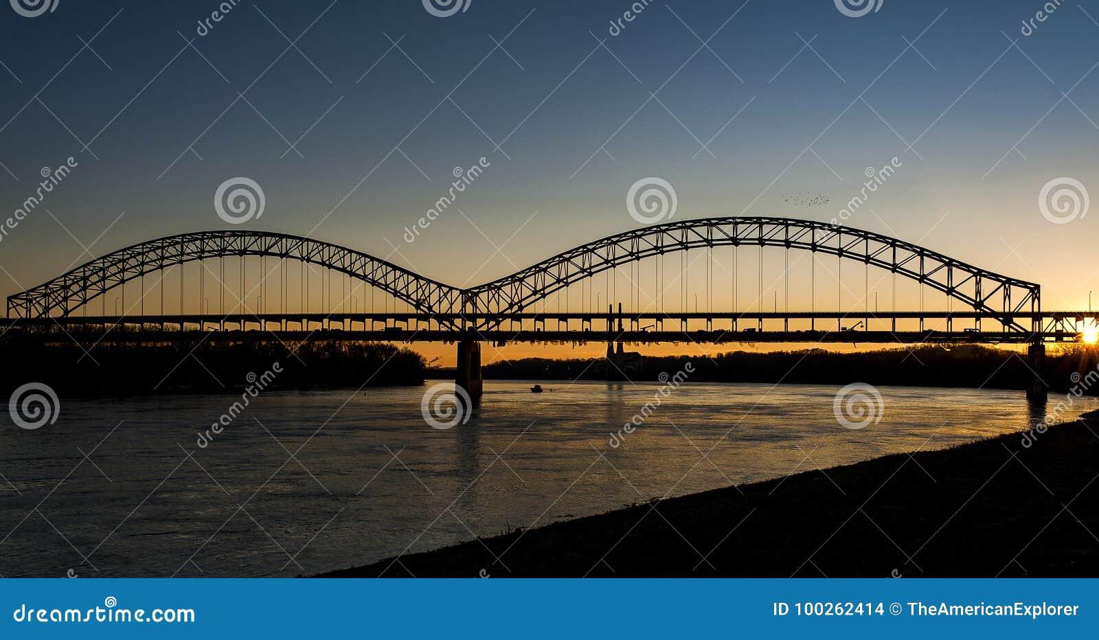 Zmierzch przy Sherman Minton mostem rzeka ohio, Louisville, Kentucky & Nowy Albany -, Indiana