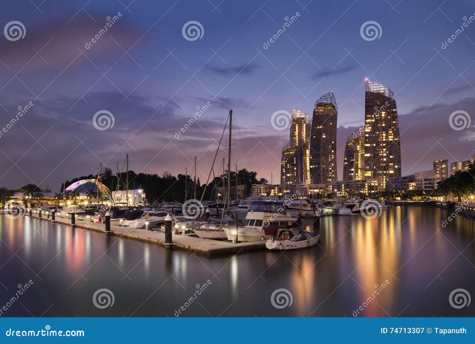 Zmierzch scena przy odbiciami przy Keppel zatoką, Harbourfront, Singapur