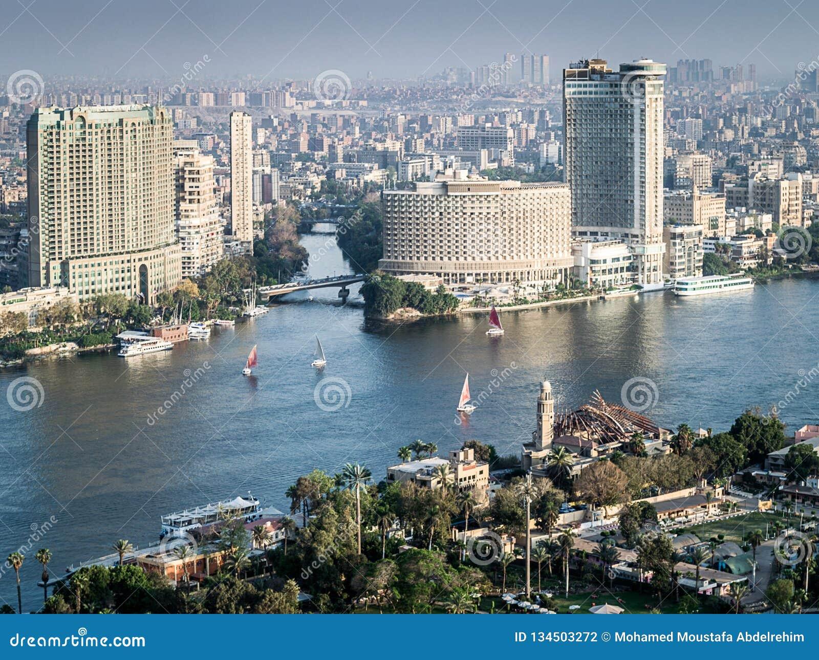 Zmierzch scena z wierzchu Cairo wierza w Egipt