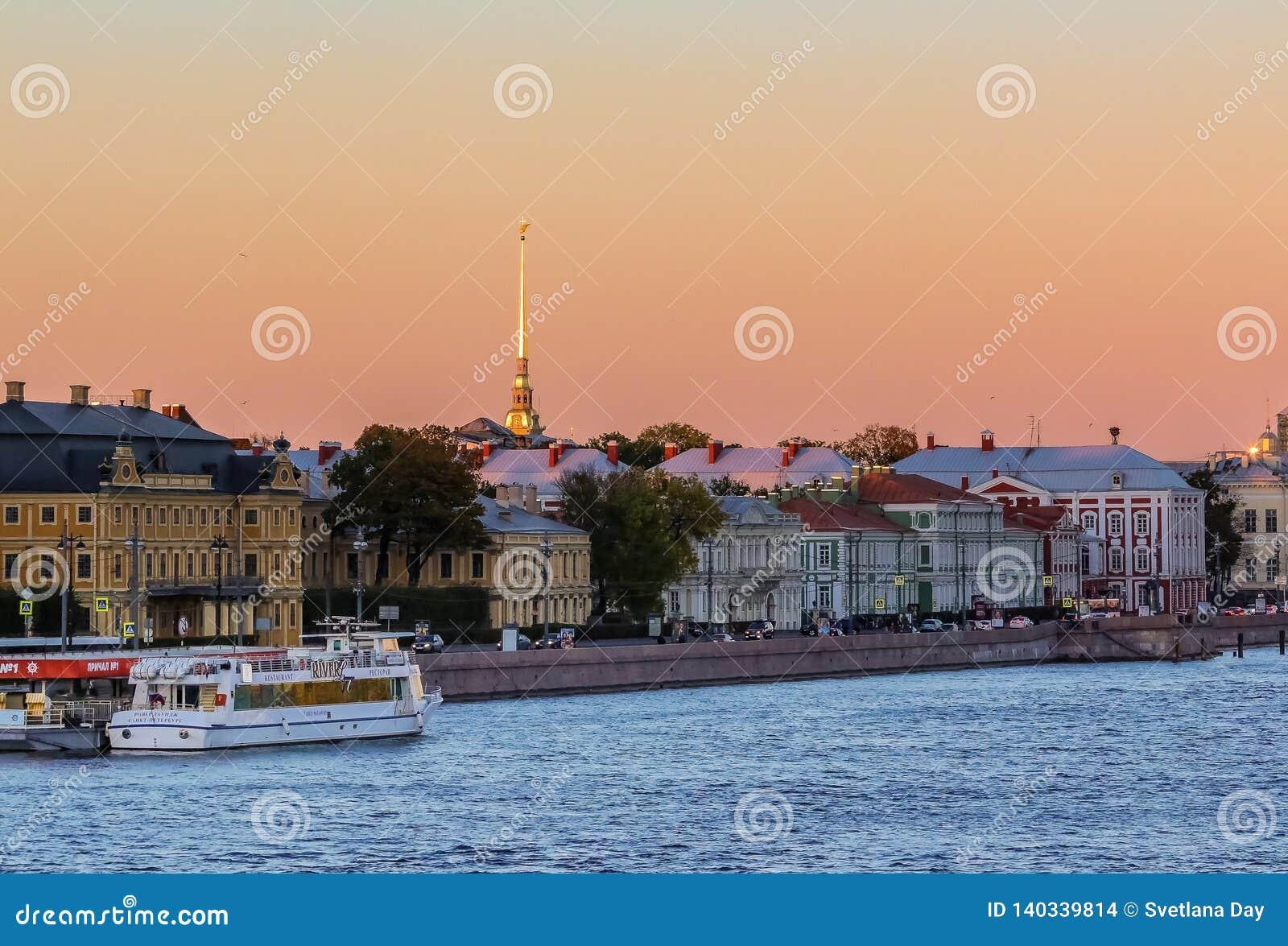 Zmierzch w Świątobliwym Petersburg nad Neva rzeką z widokiem pałac bulwar i forteca iglica Peter i Paul