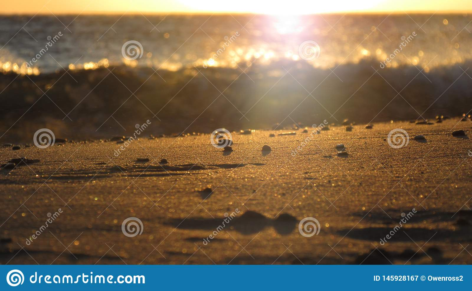 Zmierzch w Grecja na plaży z piaskiem w przedpolu