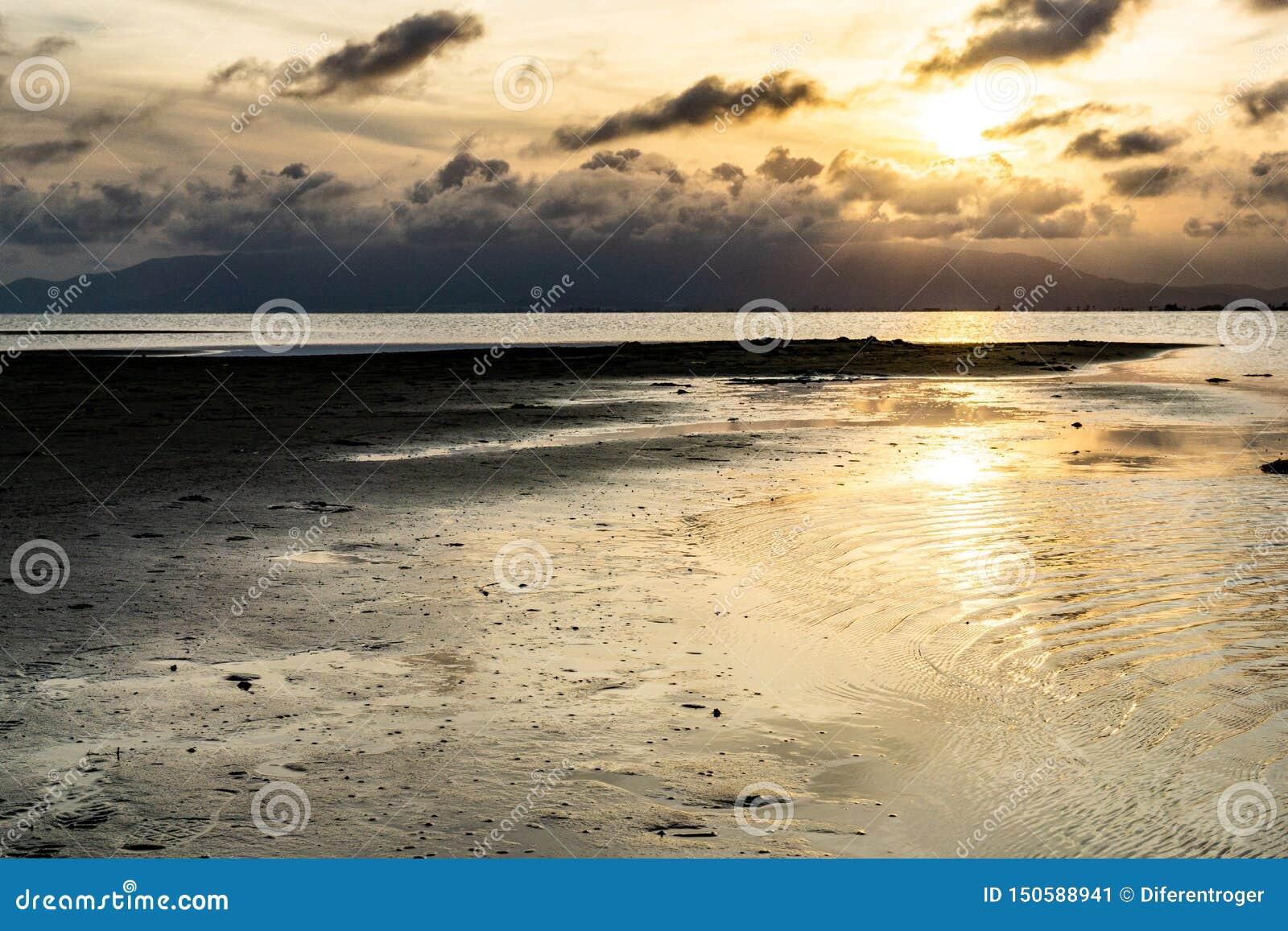 Zmierzch w spokojnym morzu w rzekę