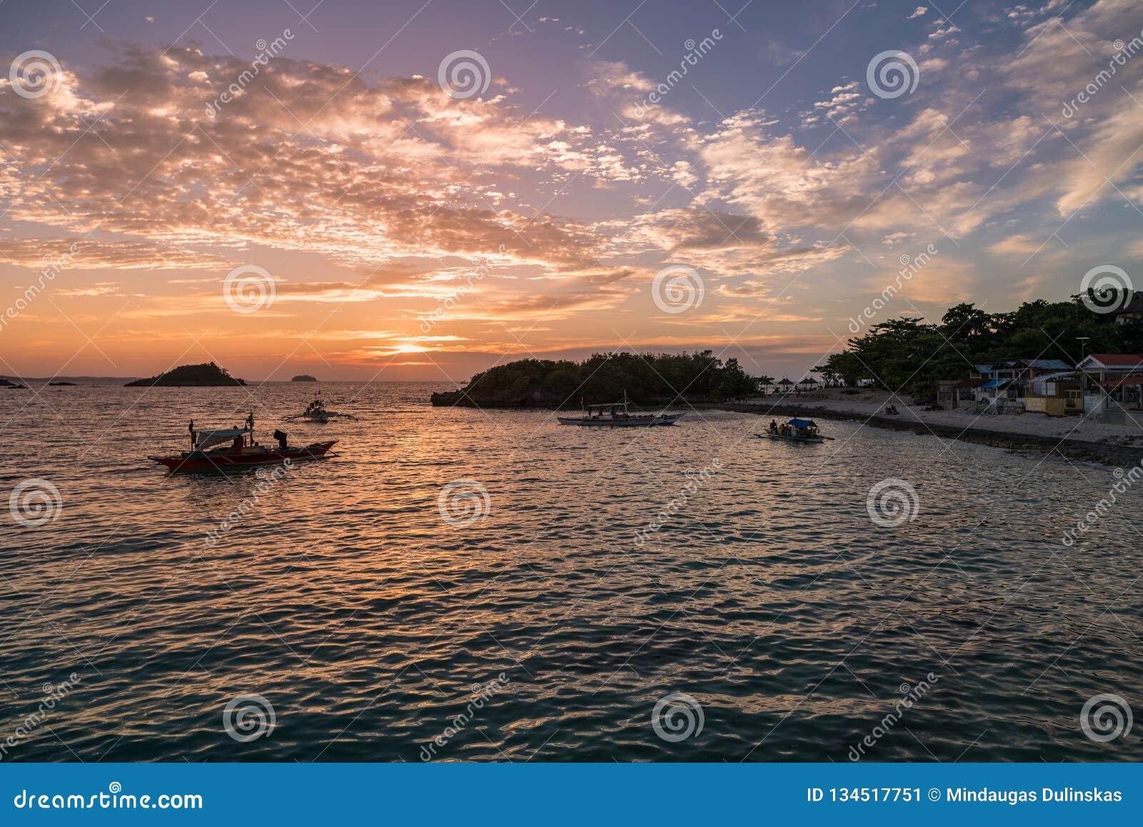 Zmierzchu czas w Malapascua wyspie Zmierzchu kolorowy niebo