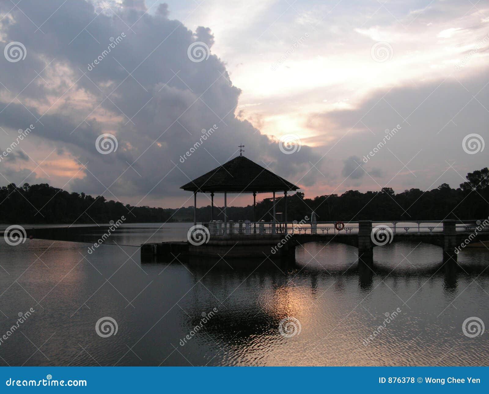 Zmierzchu jeziora piwonii