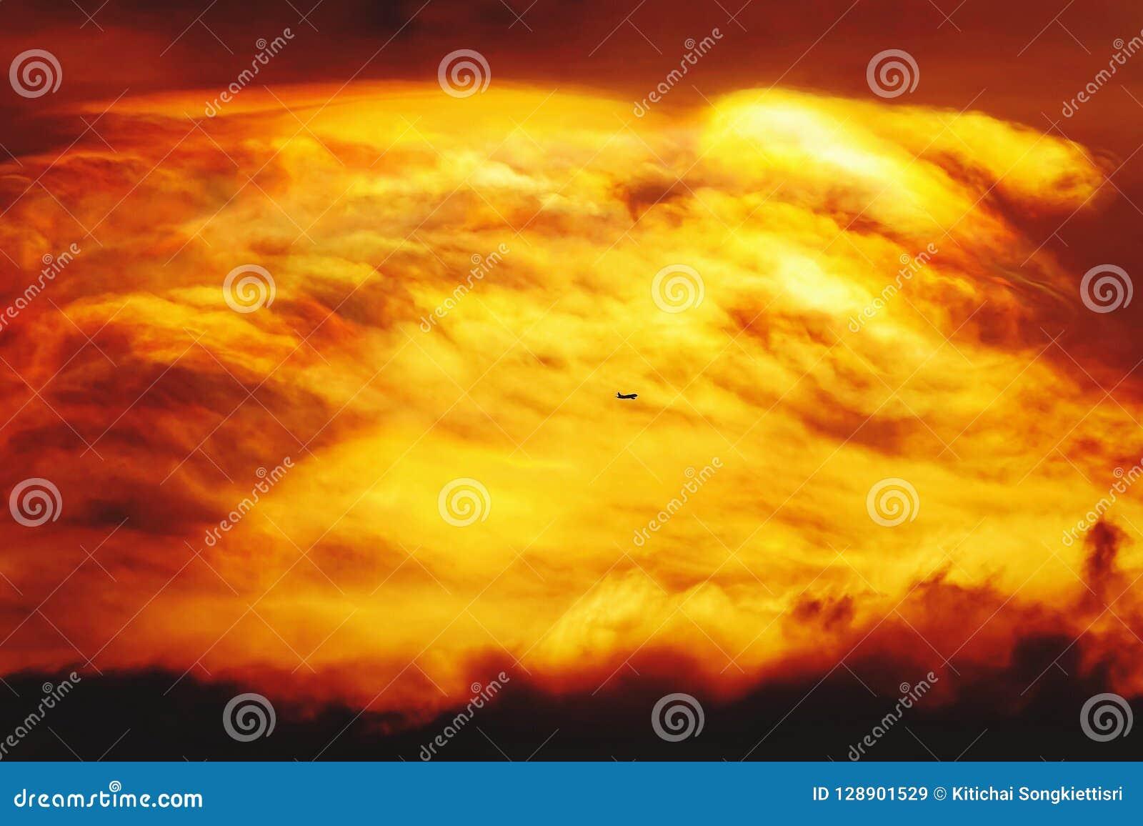 Zmierzchu Mroczny pomarańczowy niebo widzii piękną purpurową naturę płaski tło