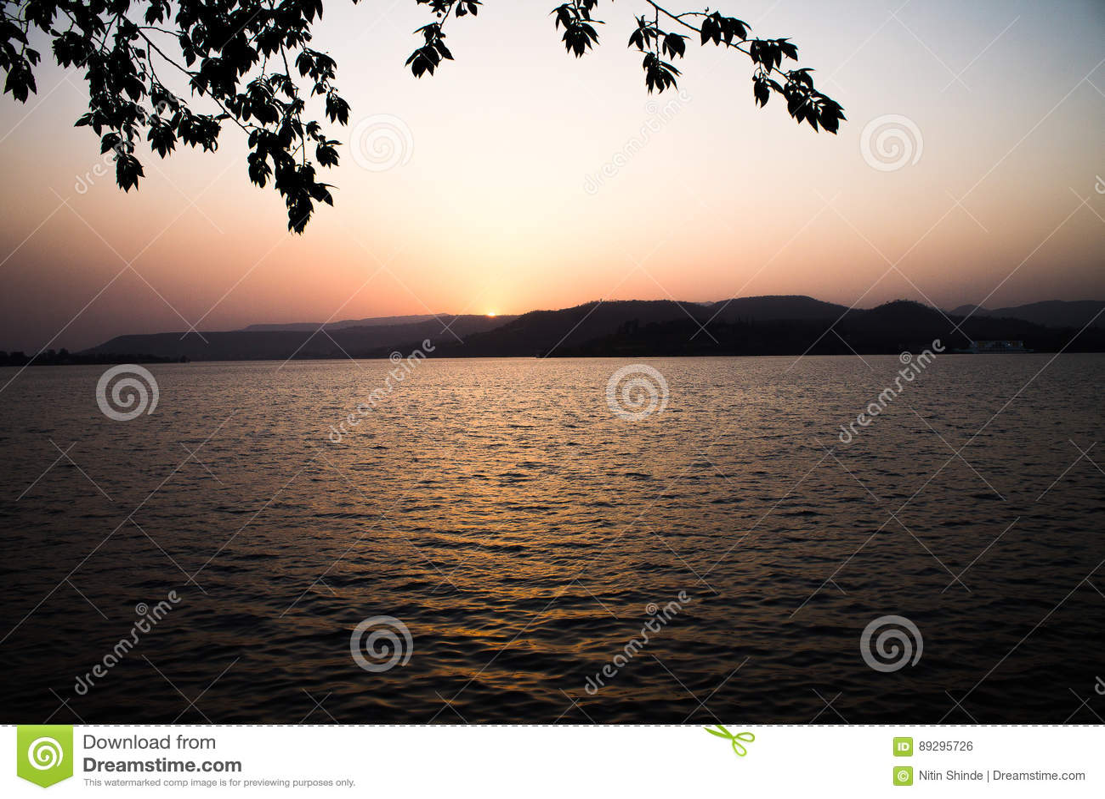 Zmierzchu słońca światło - pomarańczowa colour góra