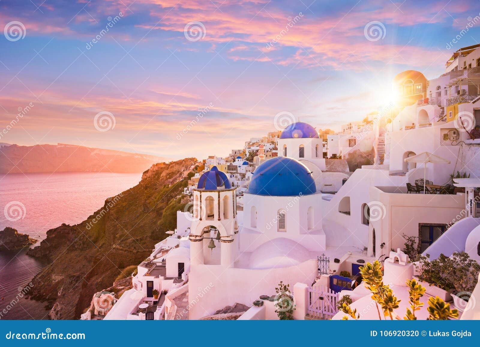 Zmierzchu widok błękitni kopuła kościół Santorini, Grecja