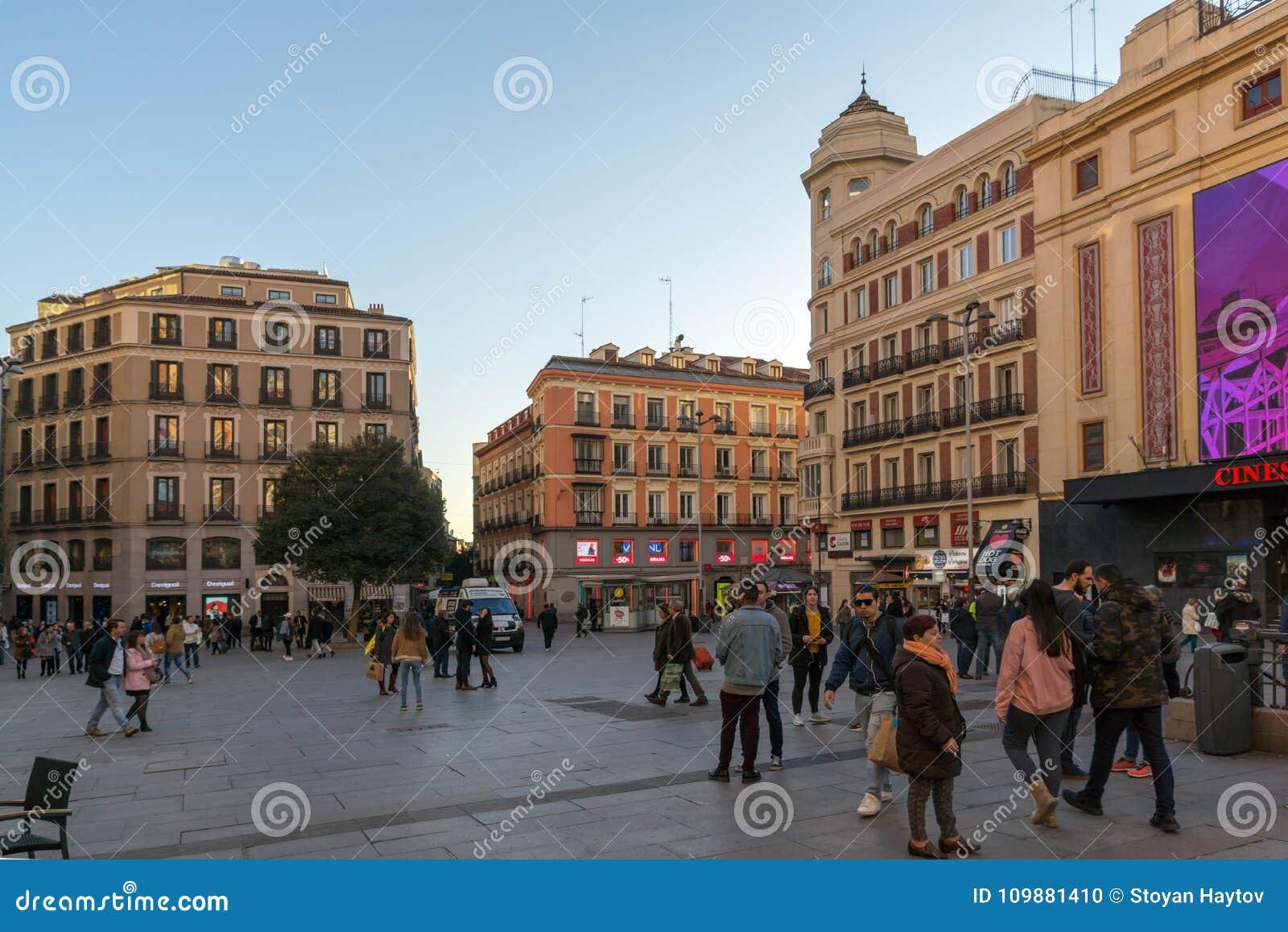 Zmierzchu widok odprowadzeń ludzie przy Callao kwadratem Plac Del Callao w mieście Madryt, Hiszpania