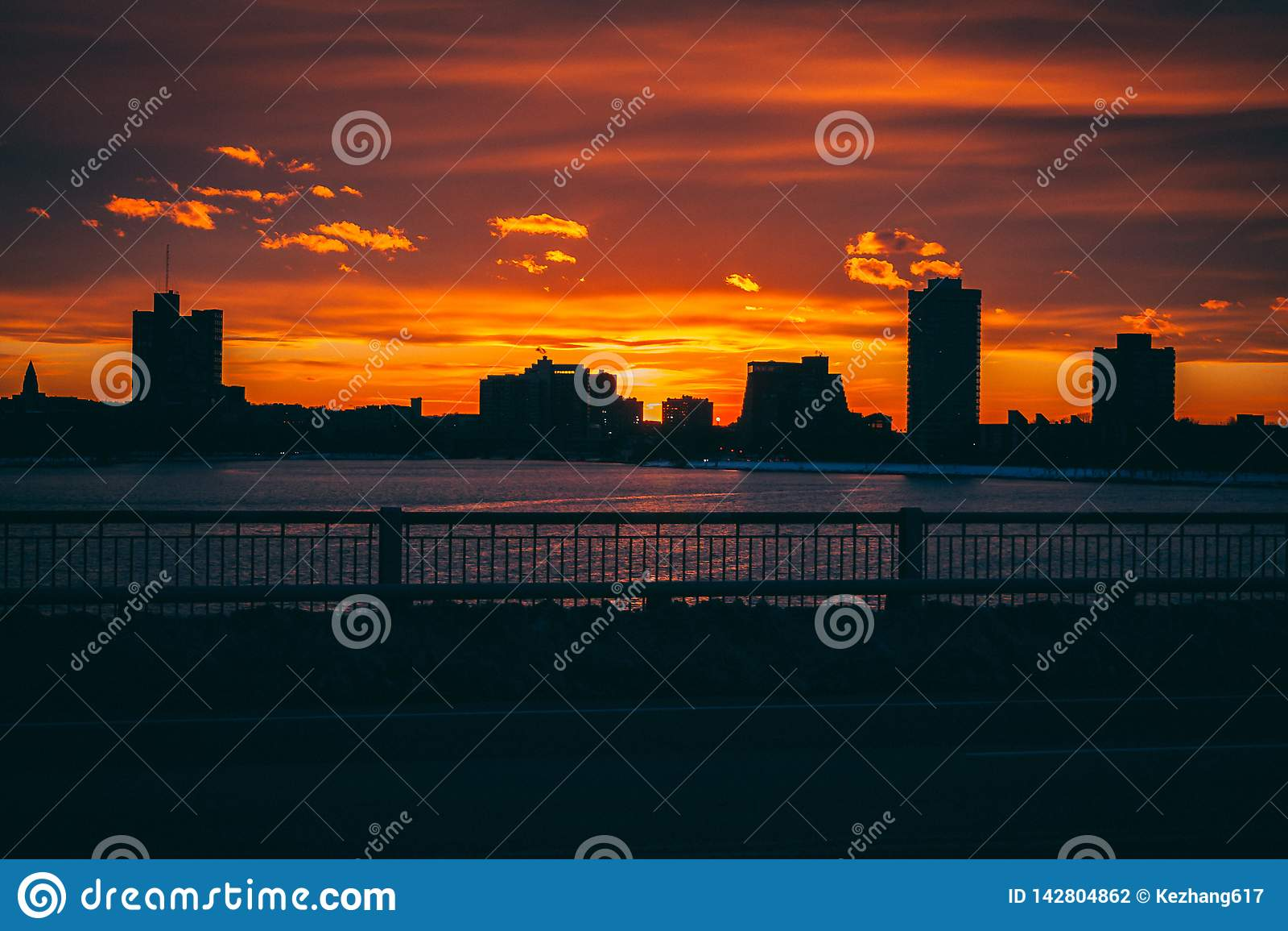 Zmierzchu wschód słońca za miasto budynkami