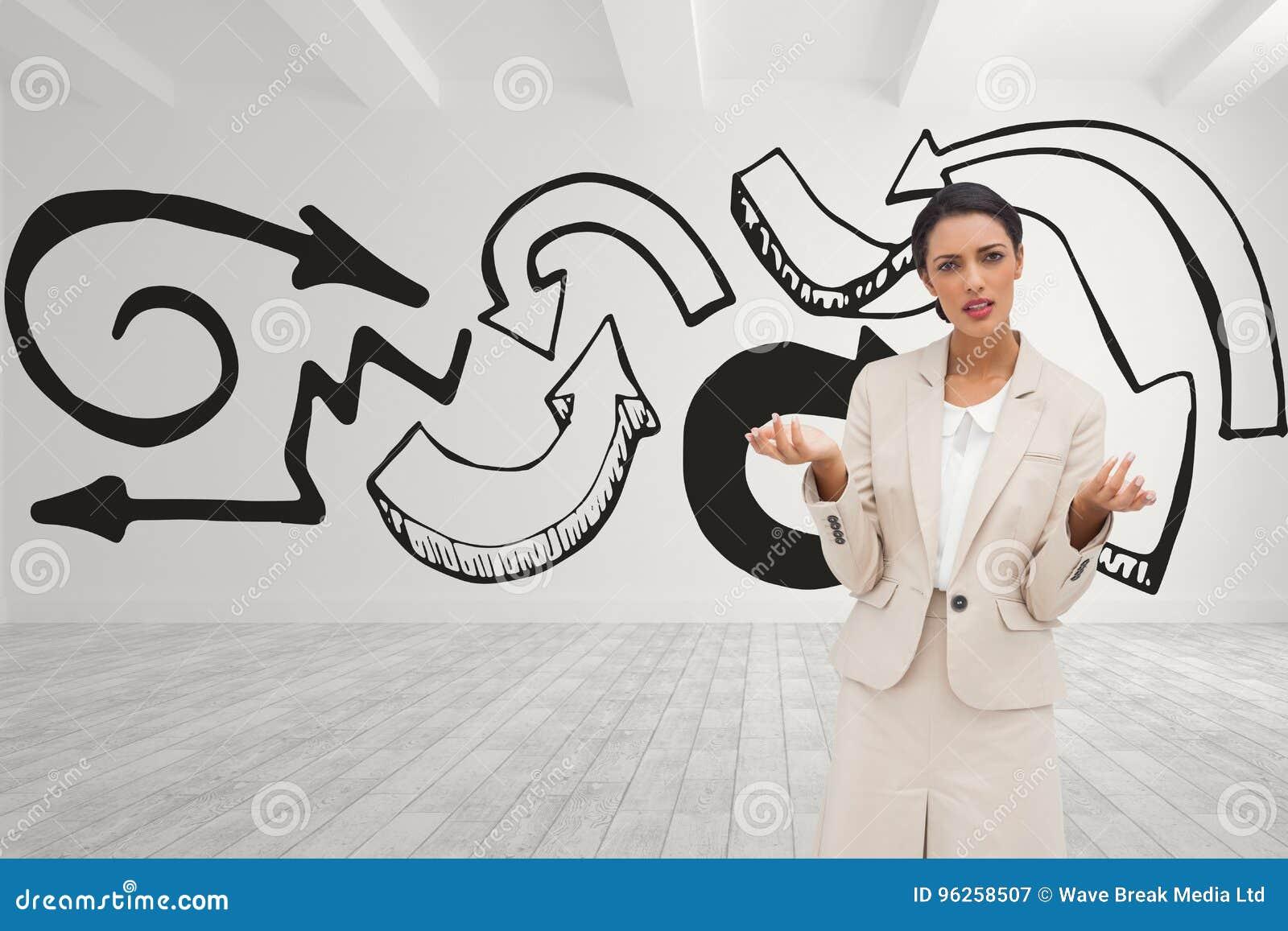 Zmieszana biznesowej kobiety pozycja przeciw białego pokoju tłu z czarnymi strzała