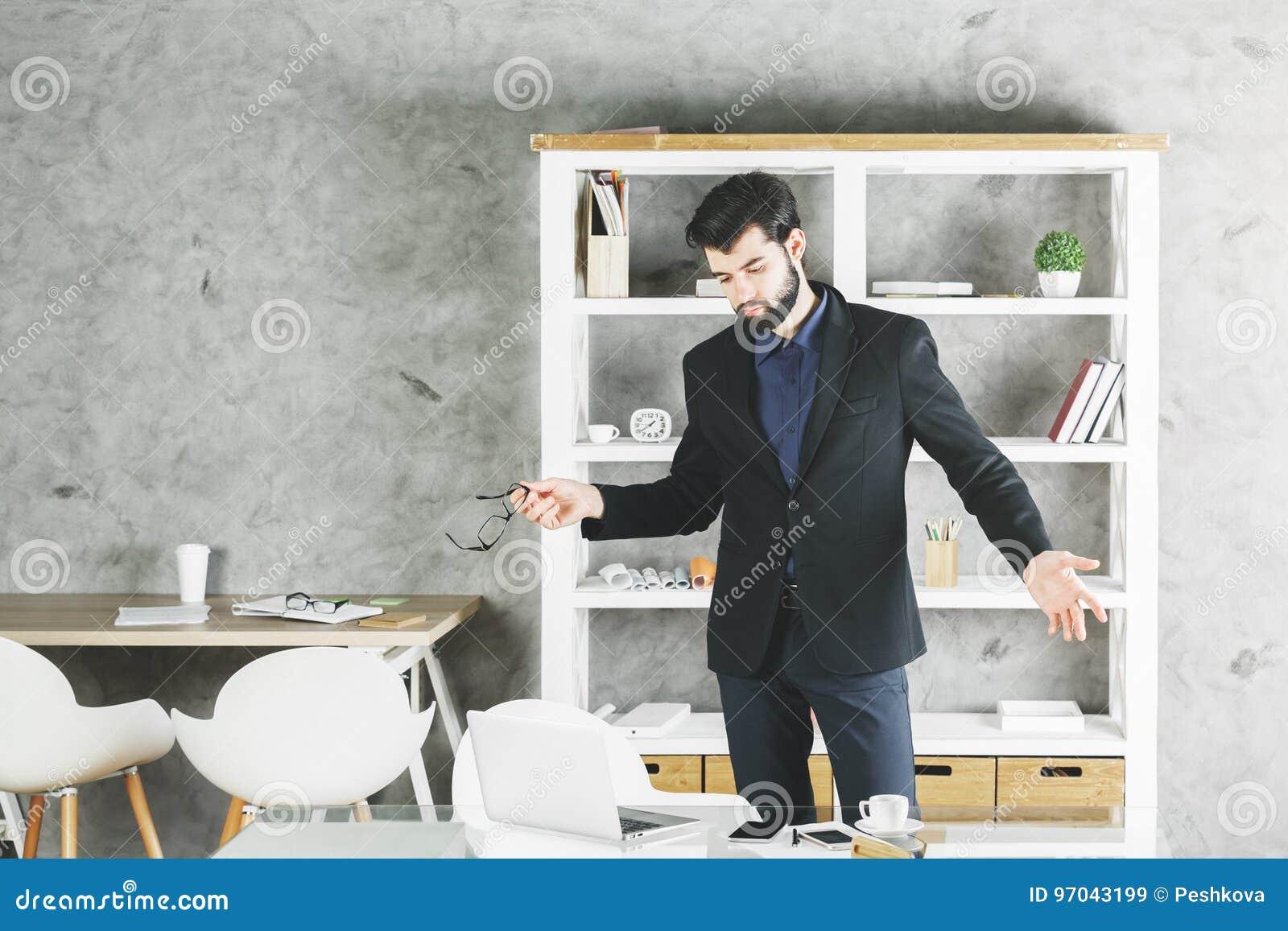 Zmieszany biznesmena portret