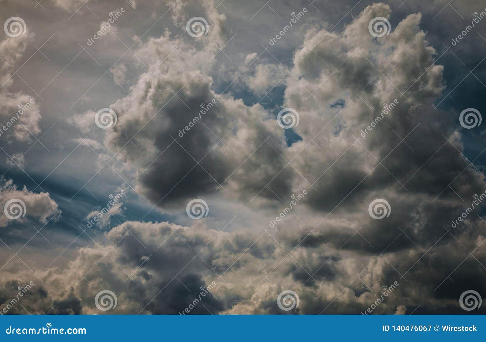 Zmrok popielate chmury