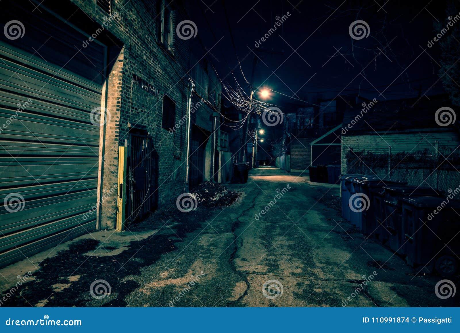 Zmroku pustego i strasznego miastowego miasta uliczna aleja przy nocą