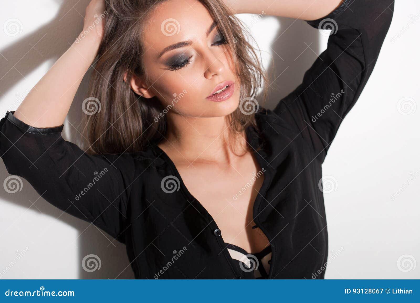Zmysłowa młoda brunetka