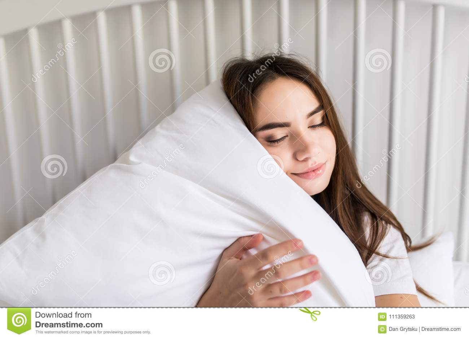 Zmysłowy Uśmiechnięty Młodej Kobiety Obsiadanie Na łóżka I