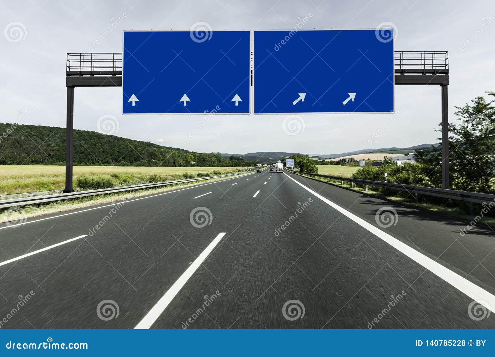 Znak na pustej autostradzie
