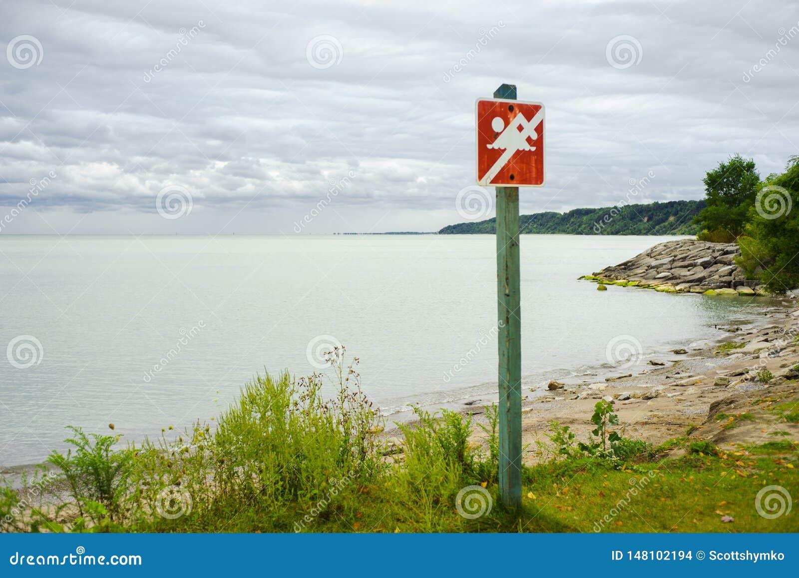 Znak oznajmia plażę zamykająca pływać