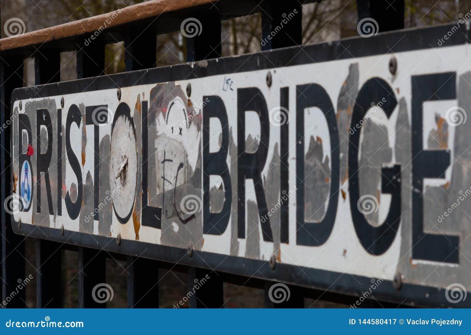 Znak uliczny w Bristol na moście