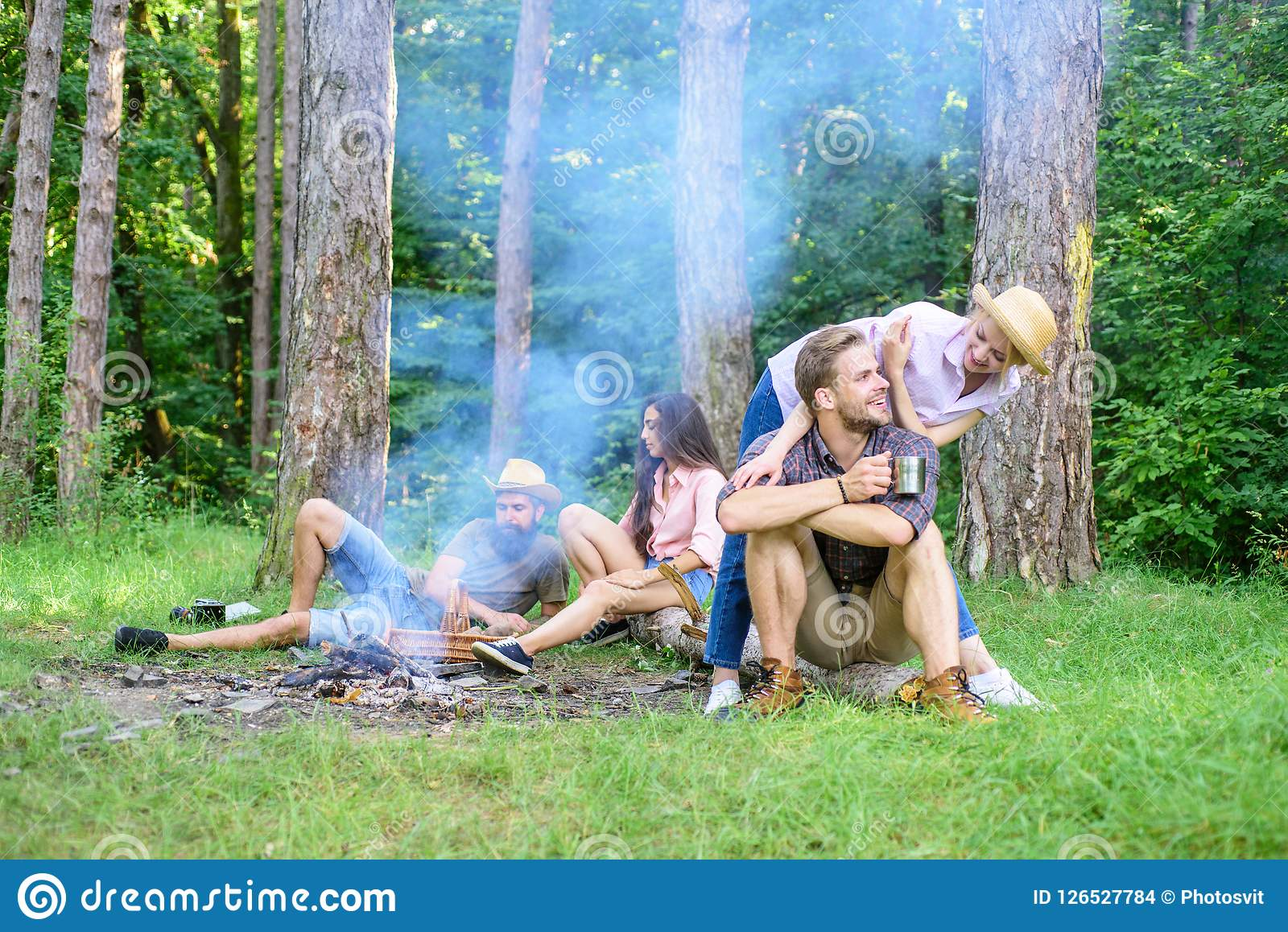 Znalezisko kamrat podróżować i wycieczkować Firma przyjaciół rodziny lub pary cieszą się relaksujący wpólnie lasowy przyjaciół re