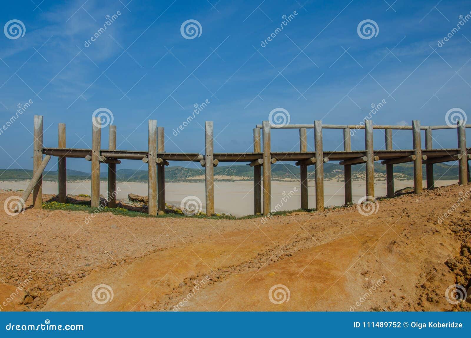 Zniszczony drewniany most w Praia da Bordeira plaży blisko Carrapateira, Portugalia