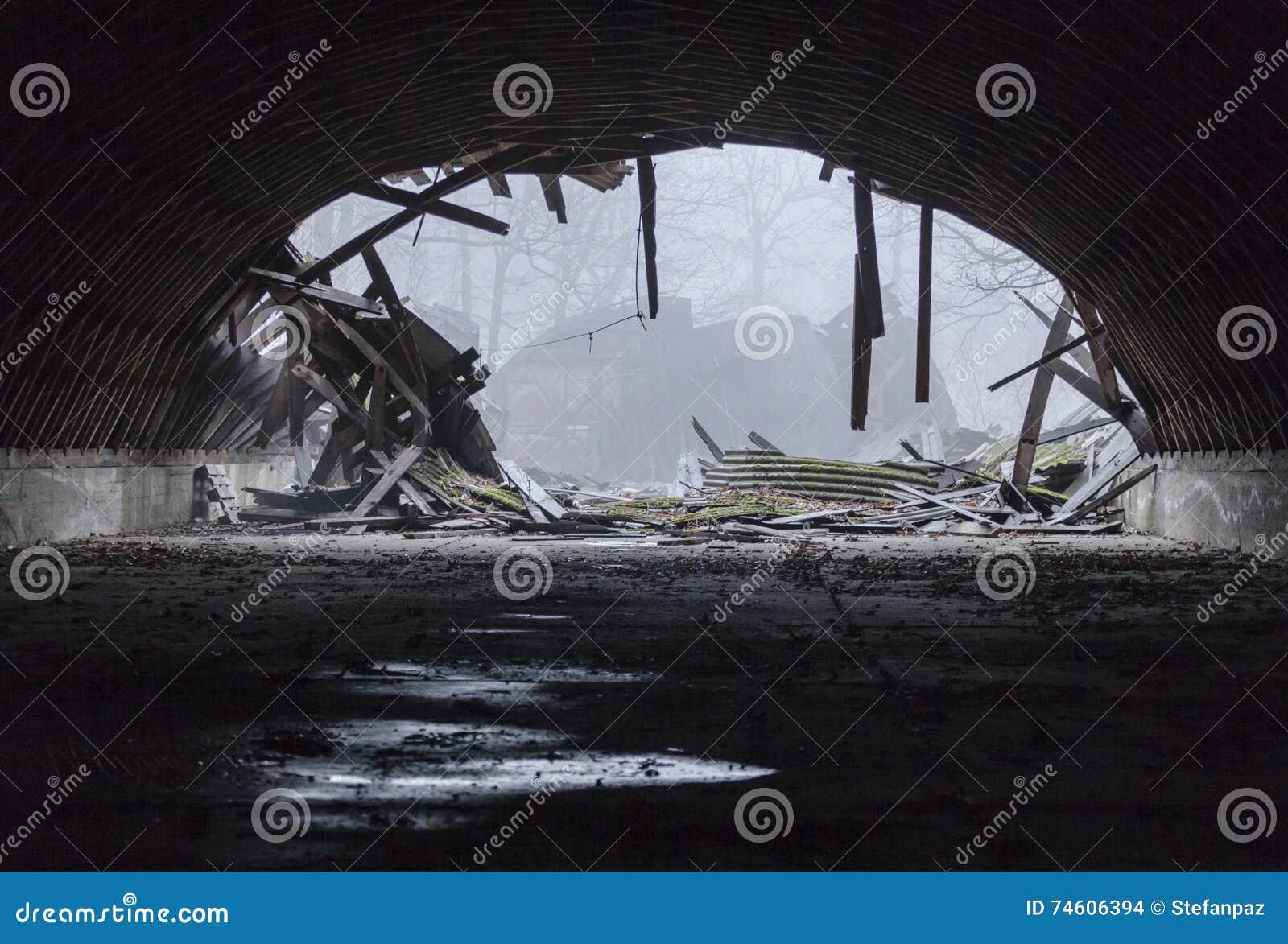 Zniszczony militarny hangar
