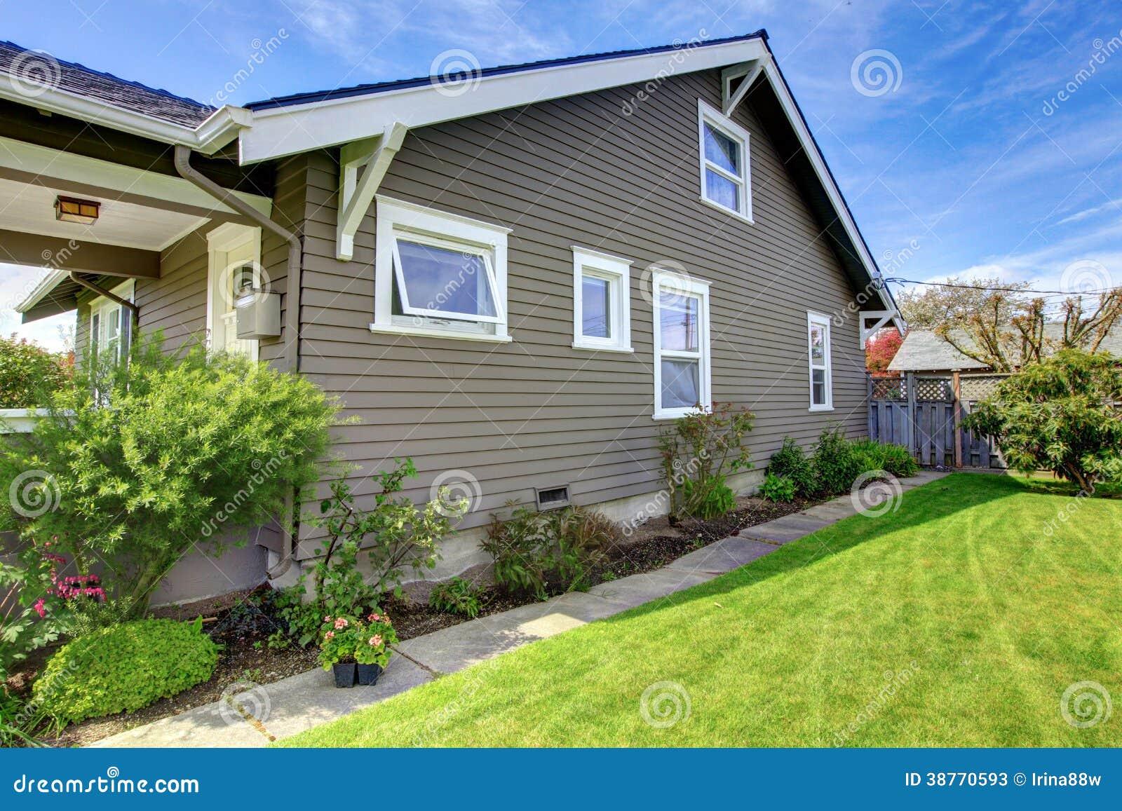 Zoccolo della camera con le finestre bianche fotografie stock immagine 38770593 - Finestre bianche ...