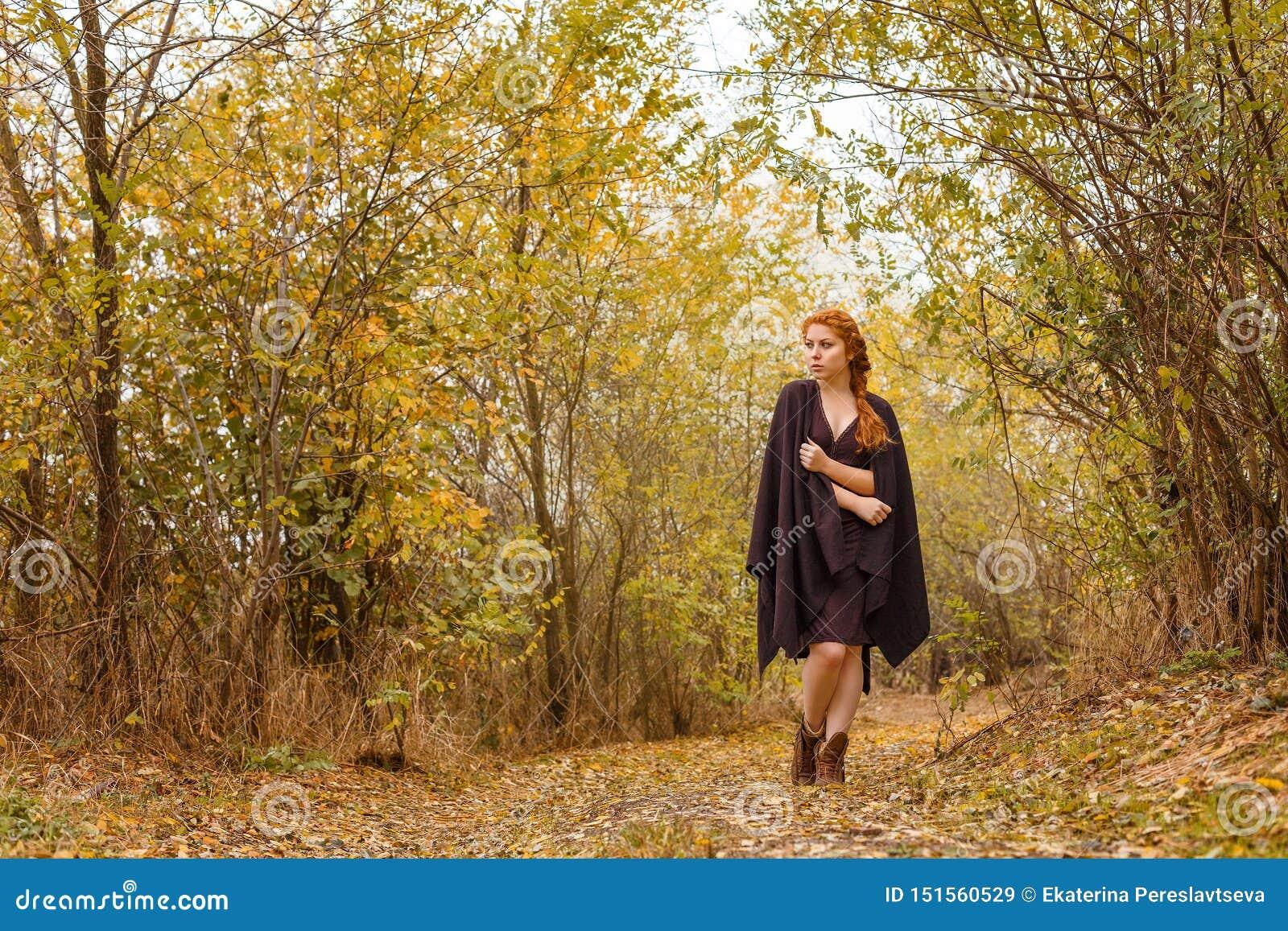 Zoet meisje in het de de de herfstbos, eenzaamheid en melancholie