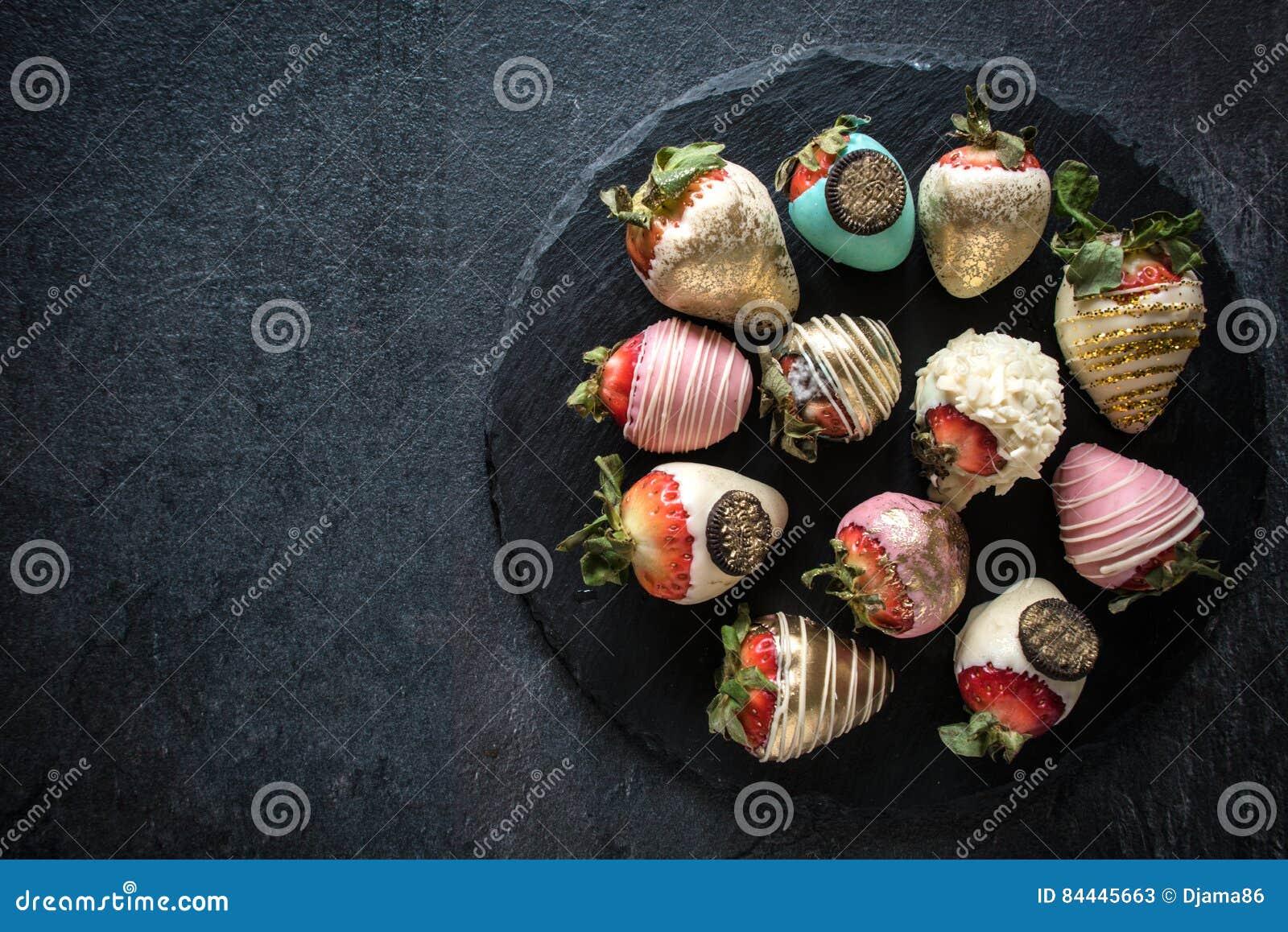 Zoete aardbeien in gediende chocolade
