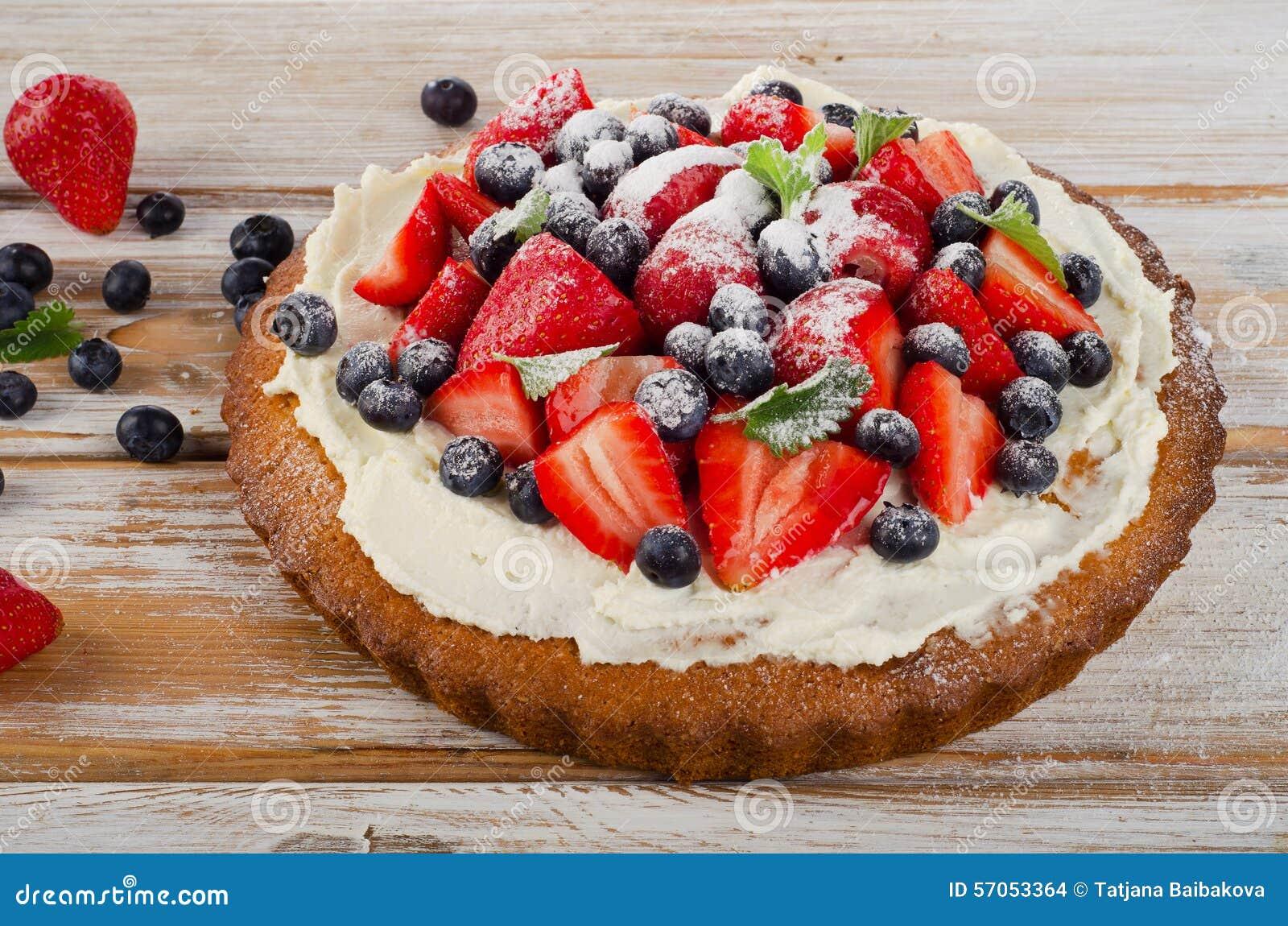 Zoete Cake met verse bessen op houten achtergrond