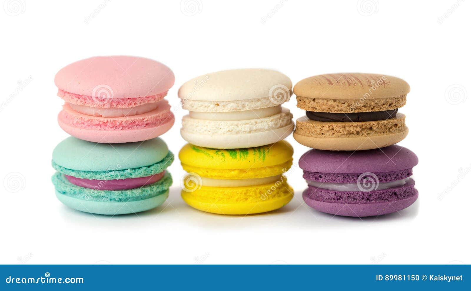 Zoete de verscheidenheidsclose-up van delicatessemakarons Makarons op witte bac