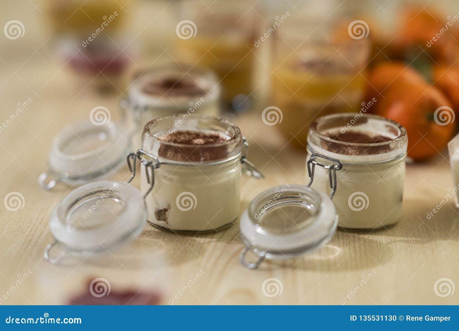 Zoete en smakelijke die woestijnentiramisu, uit koffie en mascarpone in een closeable glas wordt gemaakt