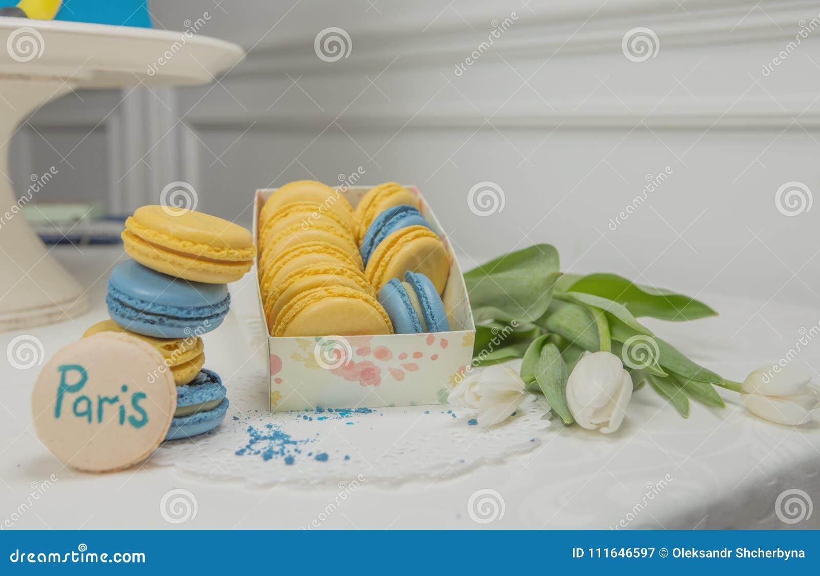 Zoete Franse makaron op witte witte achtergrond vlieg dalende zoete macaroni