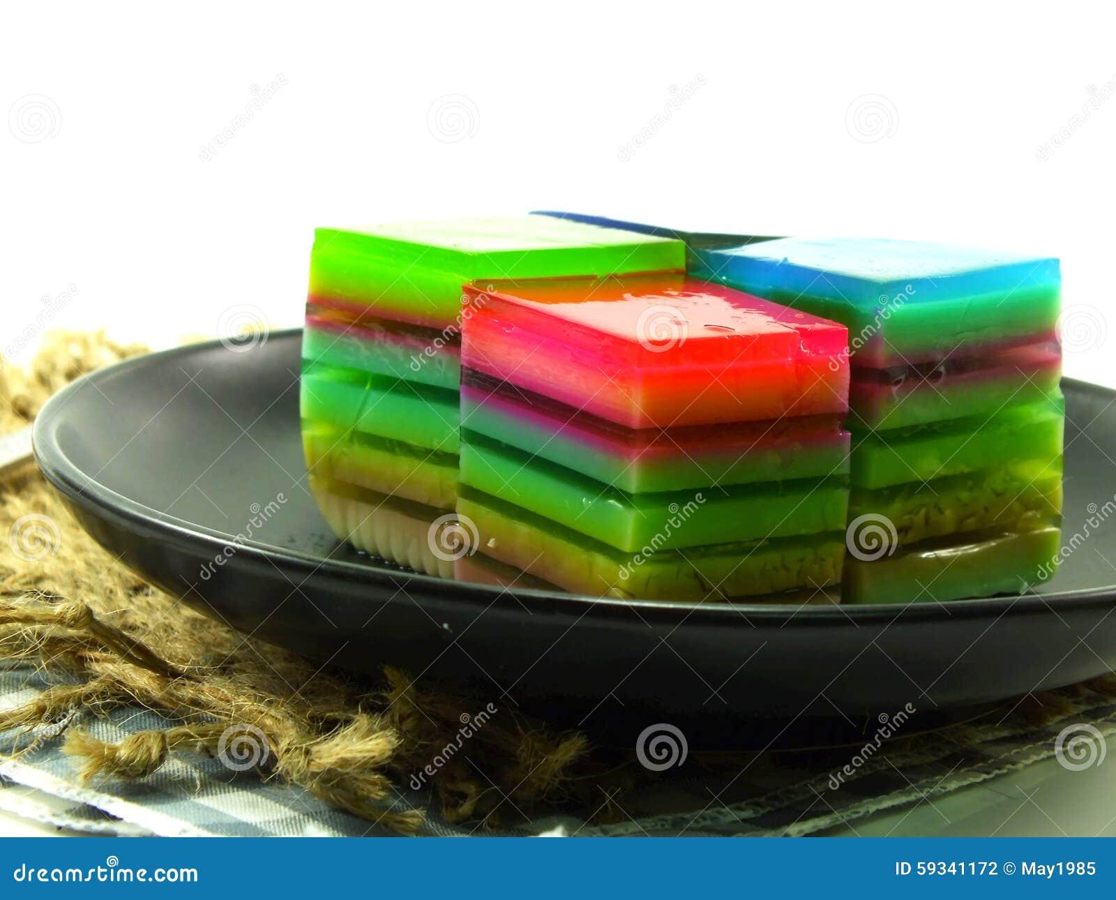 Zoete kleurrijk behandelt van regenboog gelaagd gelatinedessert