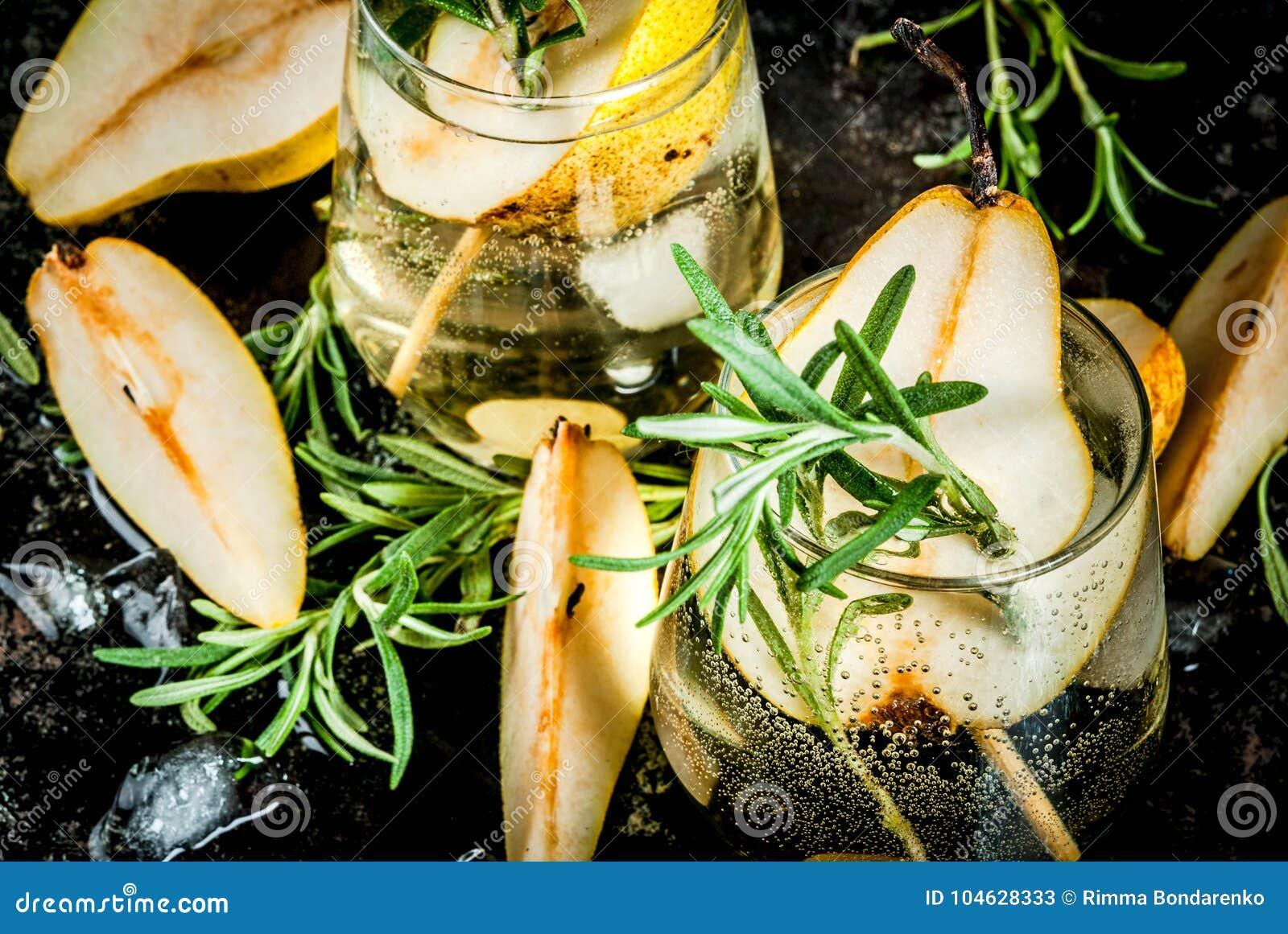 Download Zoete Peer En Rozemarijncocktail Stock Afbeelding - Afbeelding bestaande uit organisch, glas: 104628333