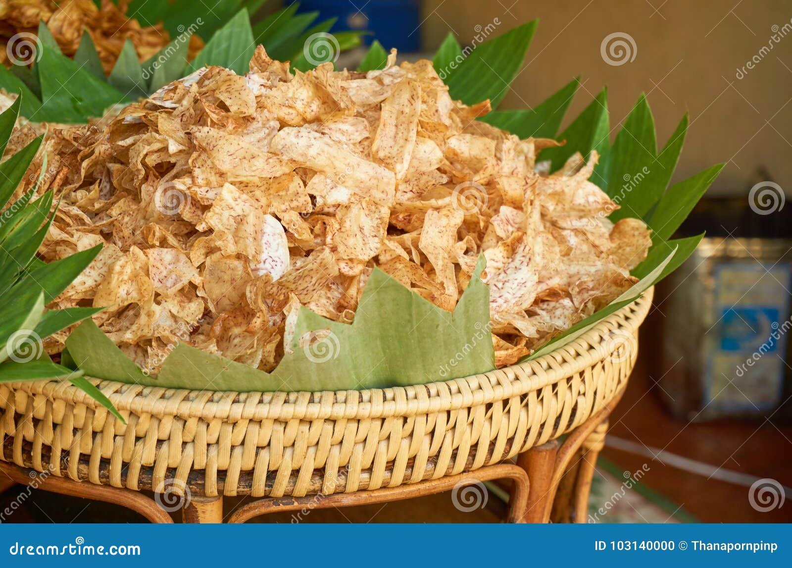 Zoete tarochips in de houten mand