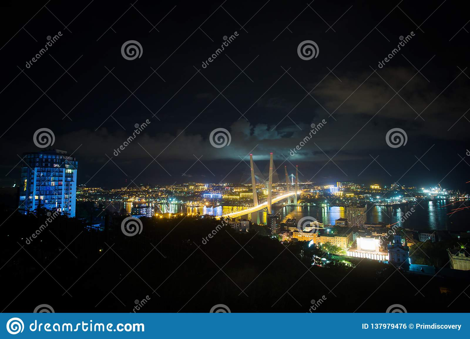 Zolotoy den guld- bron är denblivna bron över Zolotoyen Rog Golden Horn i Vladivostok, Ryssland