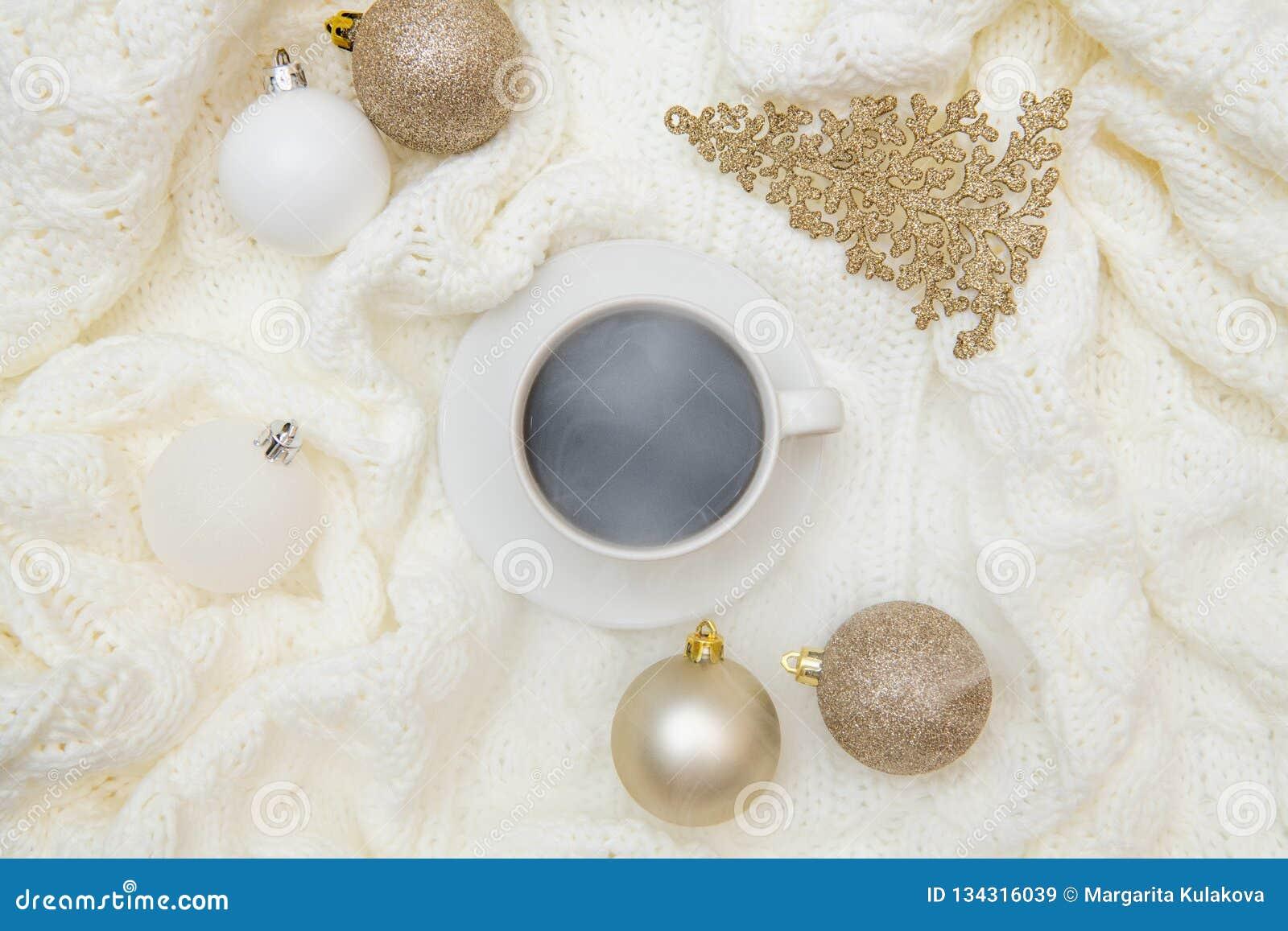Zombaria acolhedor morna do Natal do inverno da vista superior acima O plano coloca no fundo branco - xícara de café, manta feita