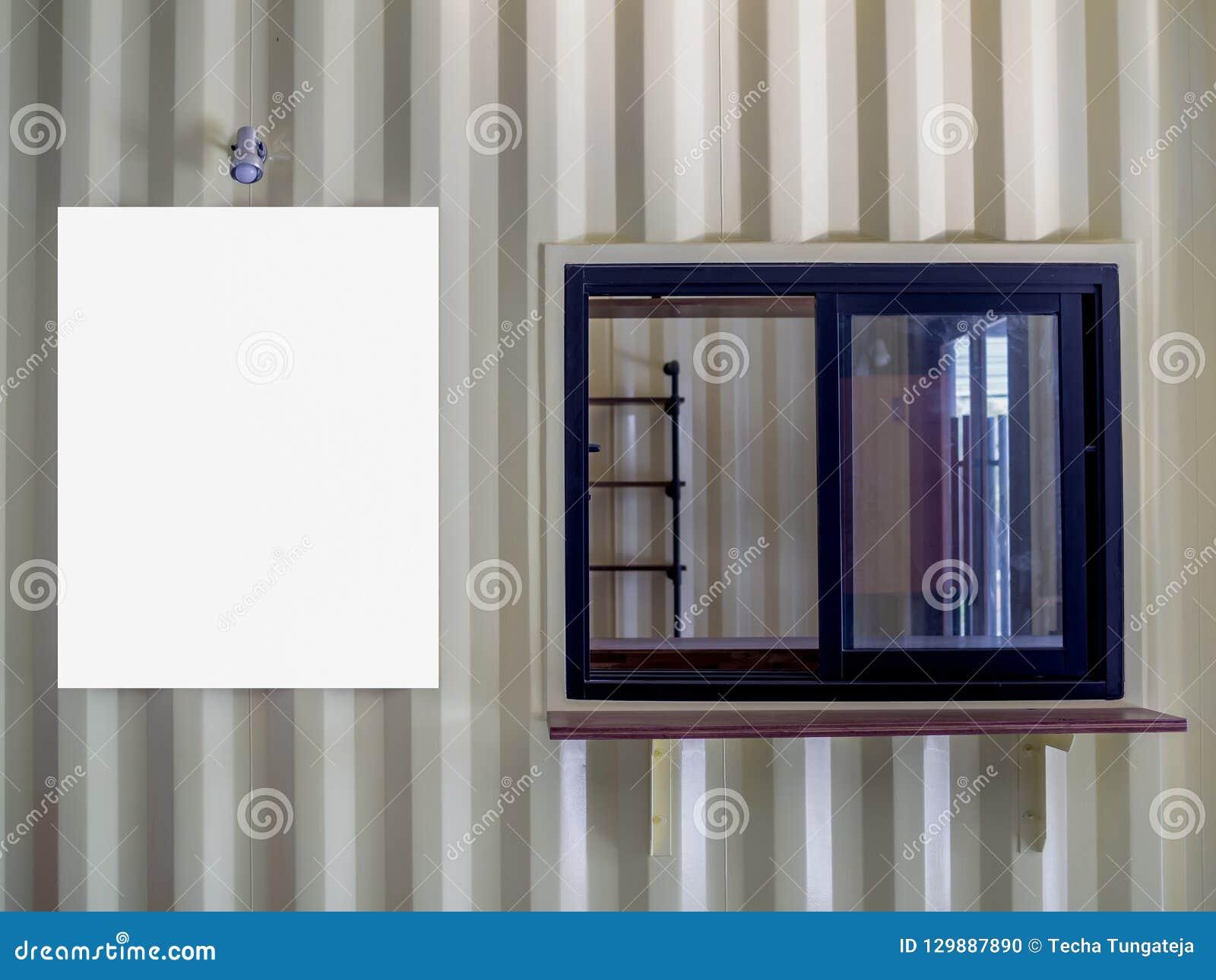 Zombaria branca vazia acima do quadro do cartaz no buil da parede do contentor