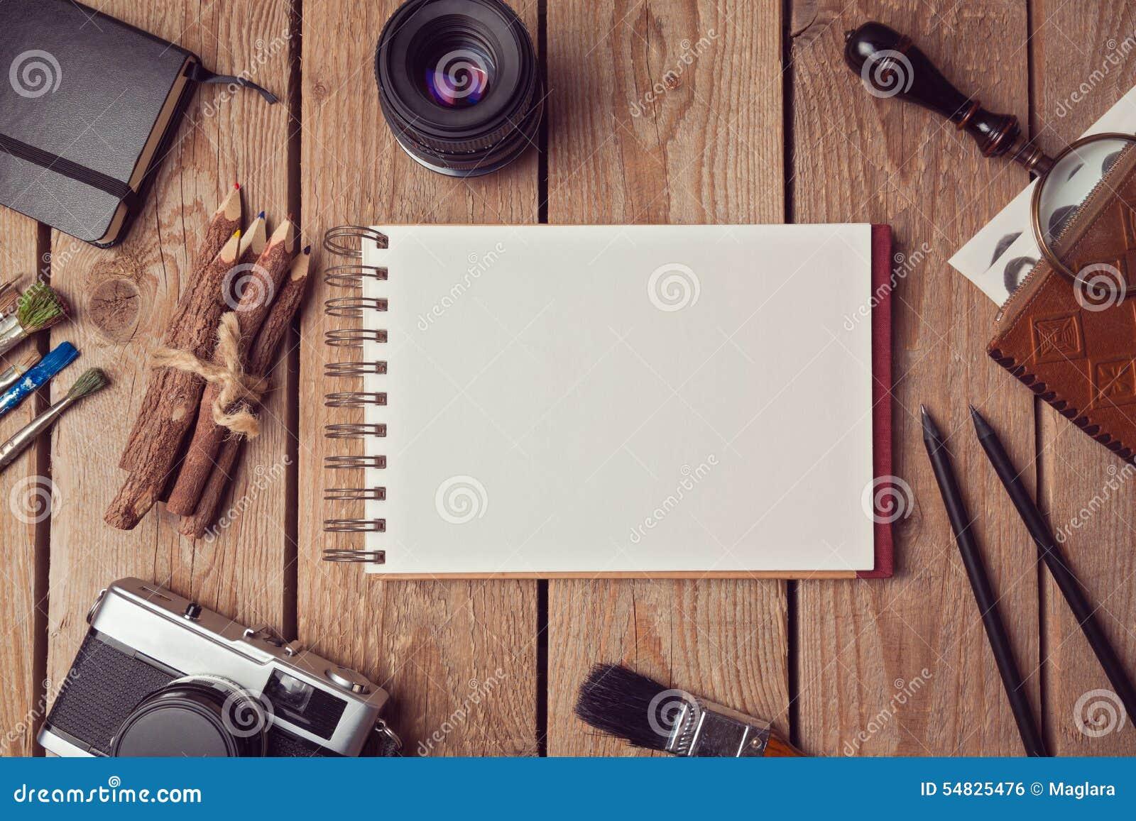 Zombaria do caderno acima para a arte finala ou a apresentação do projeto do logotipo com câmera e lente do filme Vista de acima