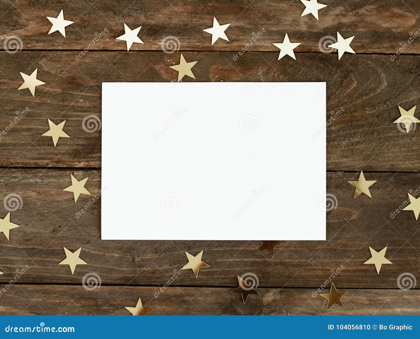 Zombe acima do cartão do greeteng no fundo rústico de madeira com confetes das estrelas do ouro do Natal Convite, papel Lugar par
