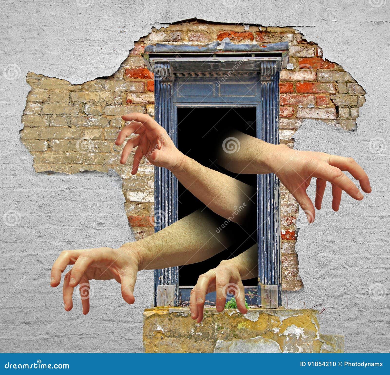 Zombiehände in der Tür